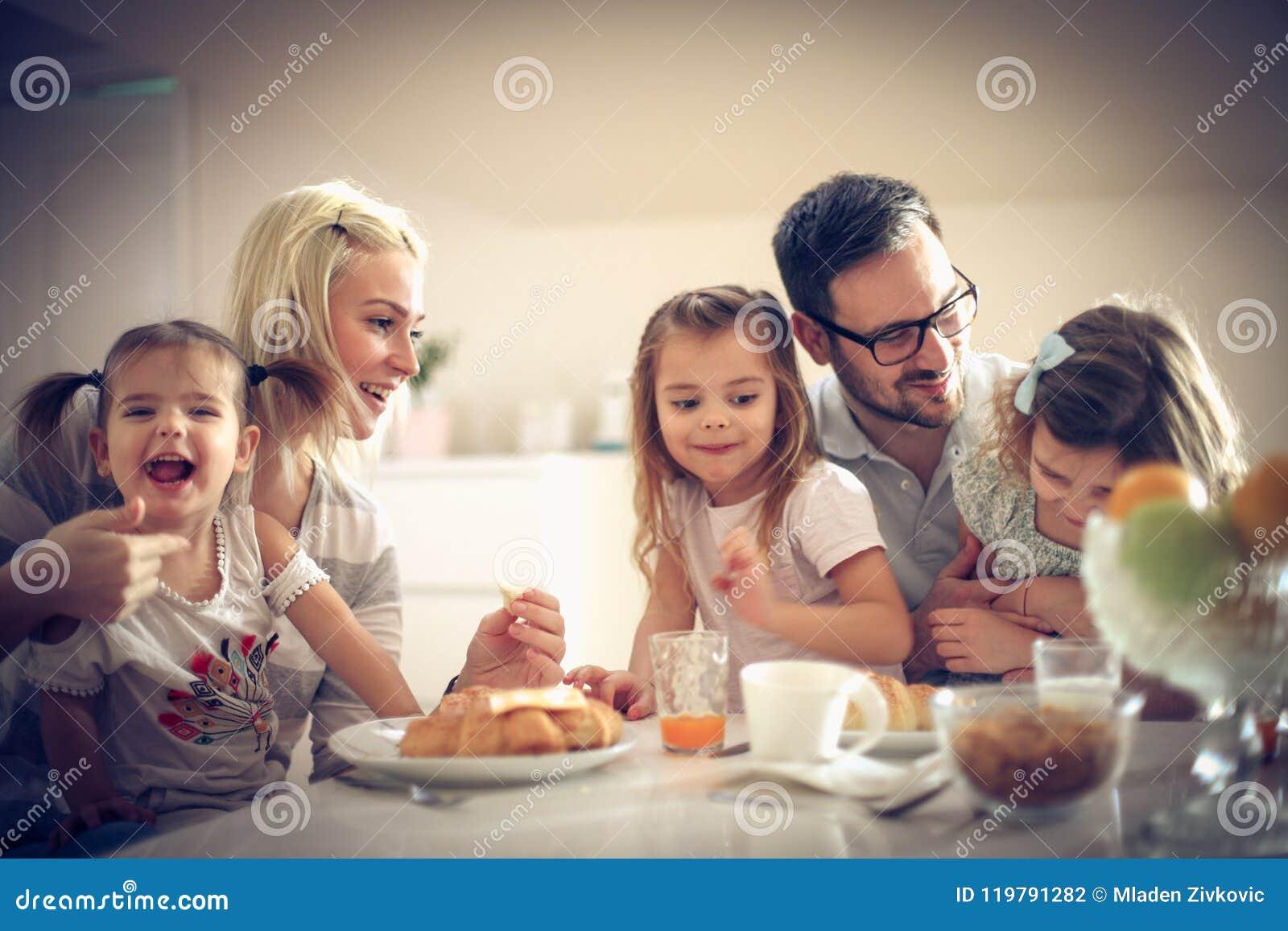 Lycklig familj som har frukosten