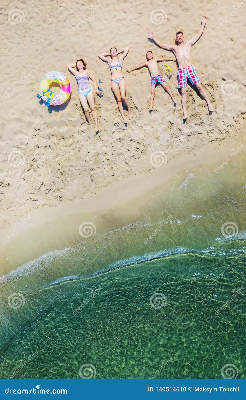 Lycklig familj som har gyckel i sommarfritiden Flyg- foto för sikt för öga för surrfågel` s