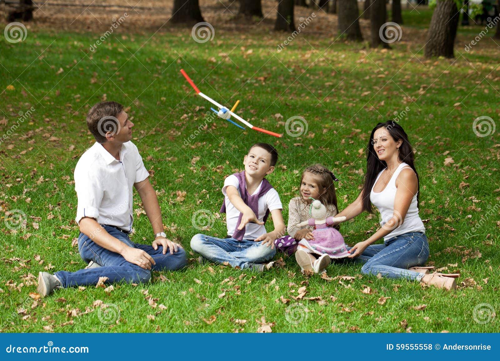 Lycklig familj som ner ligger i trädgården