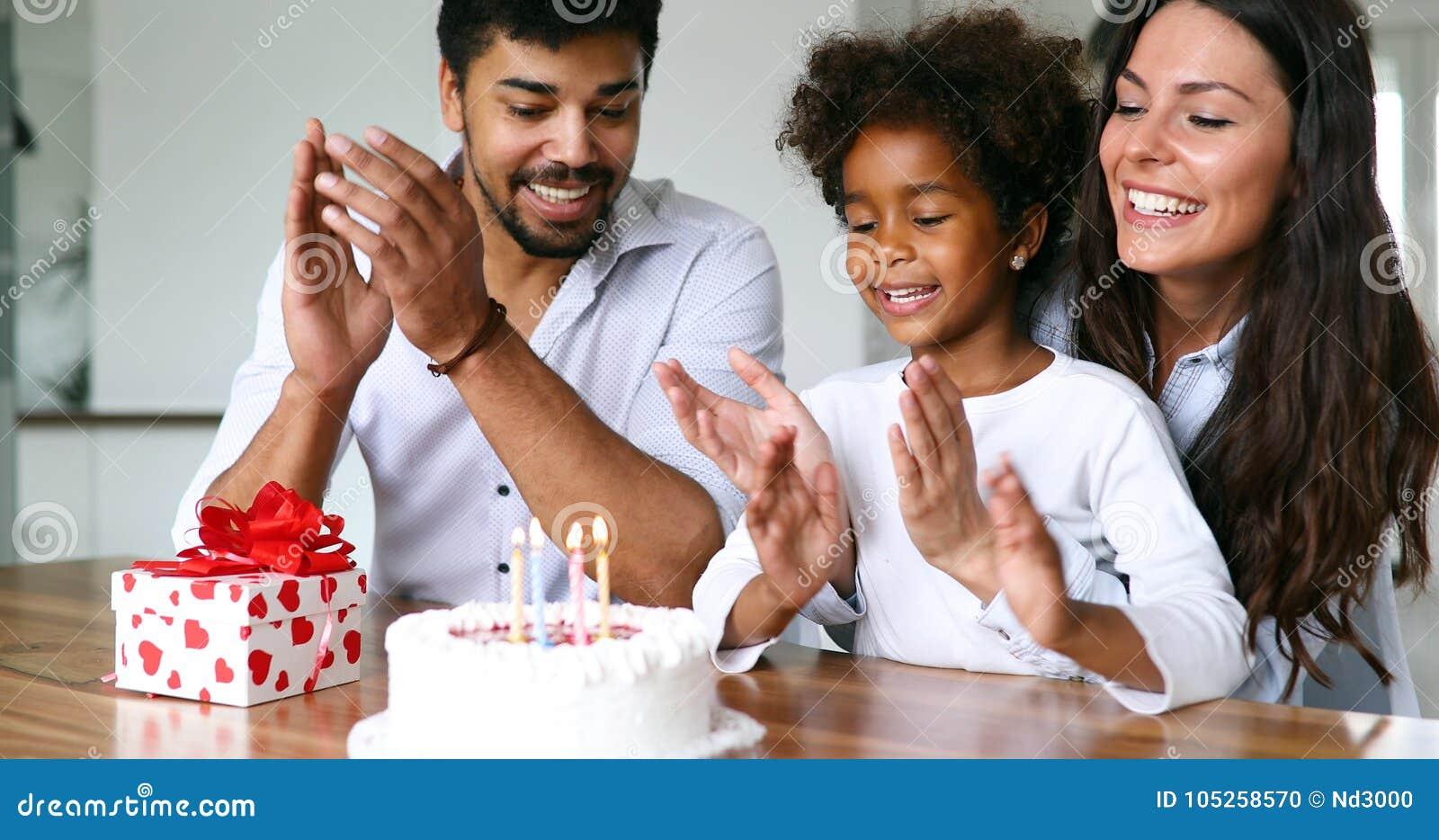 Lycklig familj som tillsammans firar en födelsedag hemma