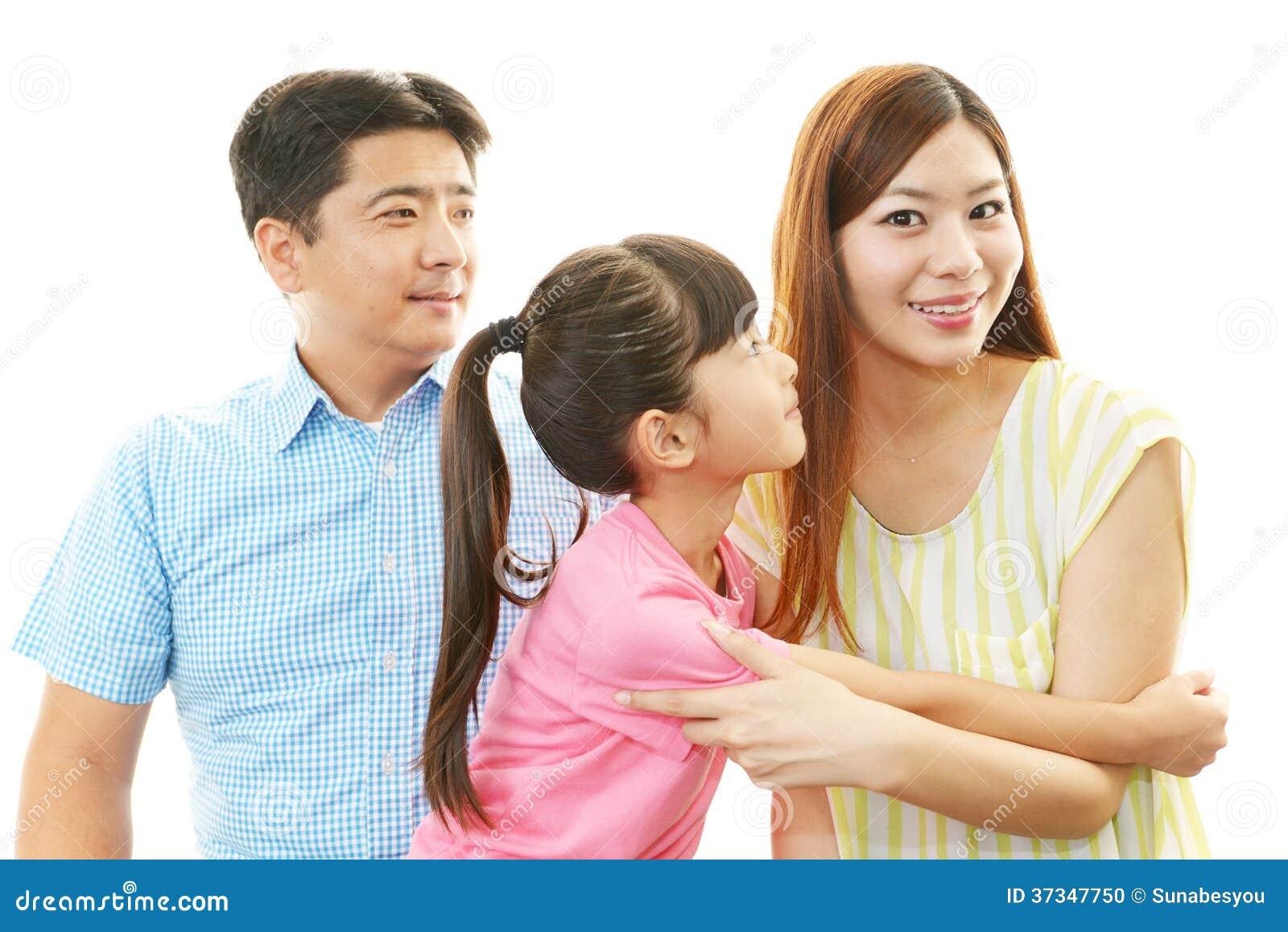 Lycklig familj som tillsammans ler