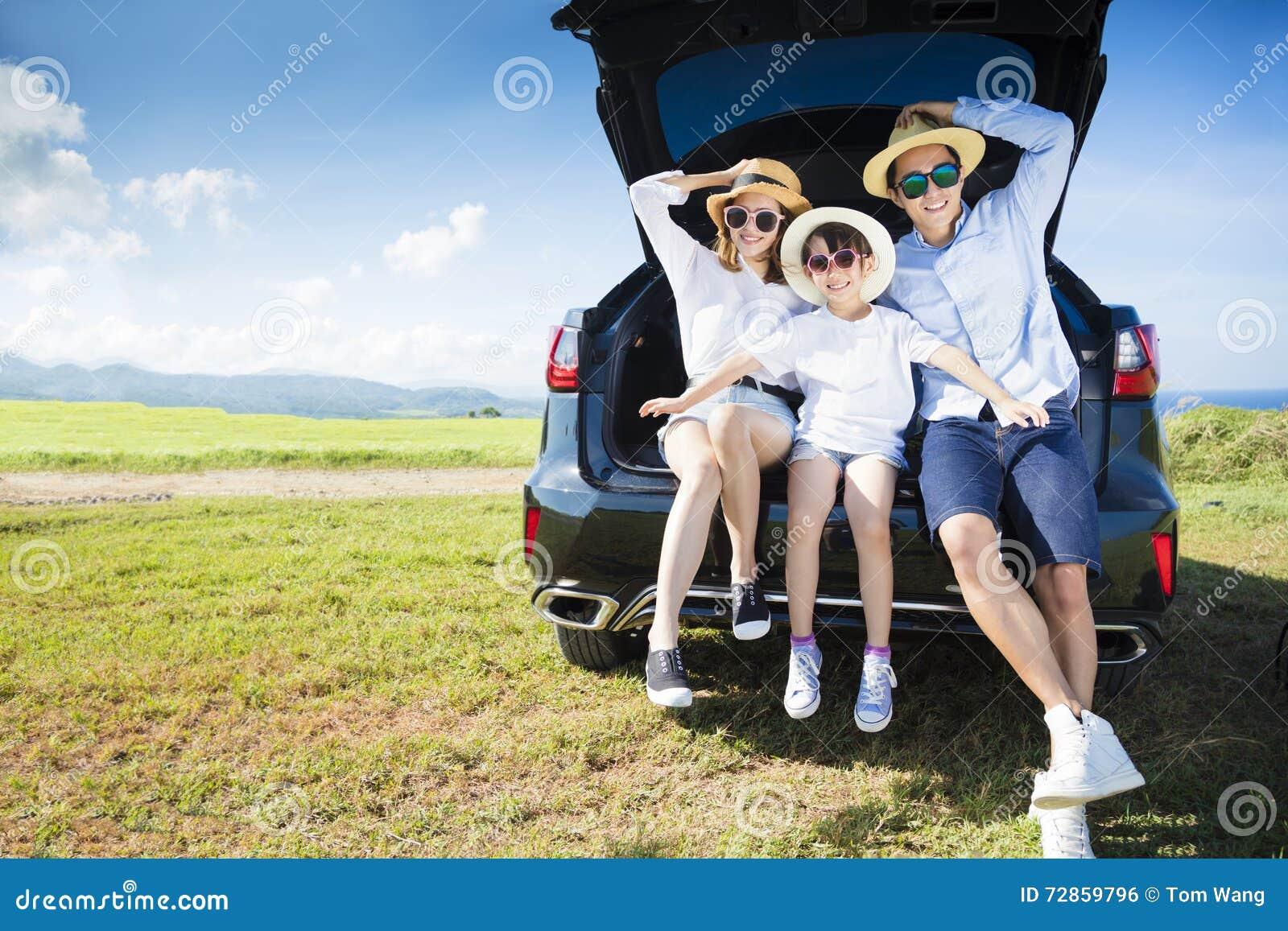 Lycklig familj som tycker om vägtur och sommarsemester
