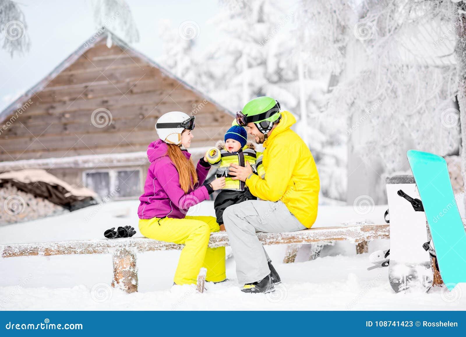 Lycklig familj under vintersemestrarna