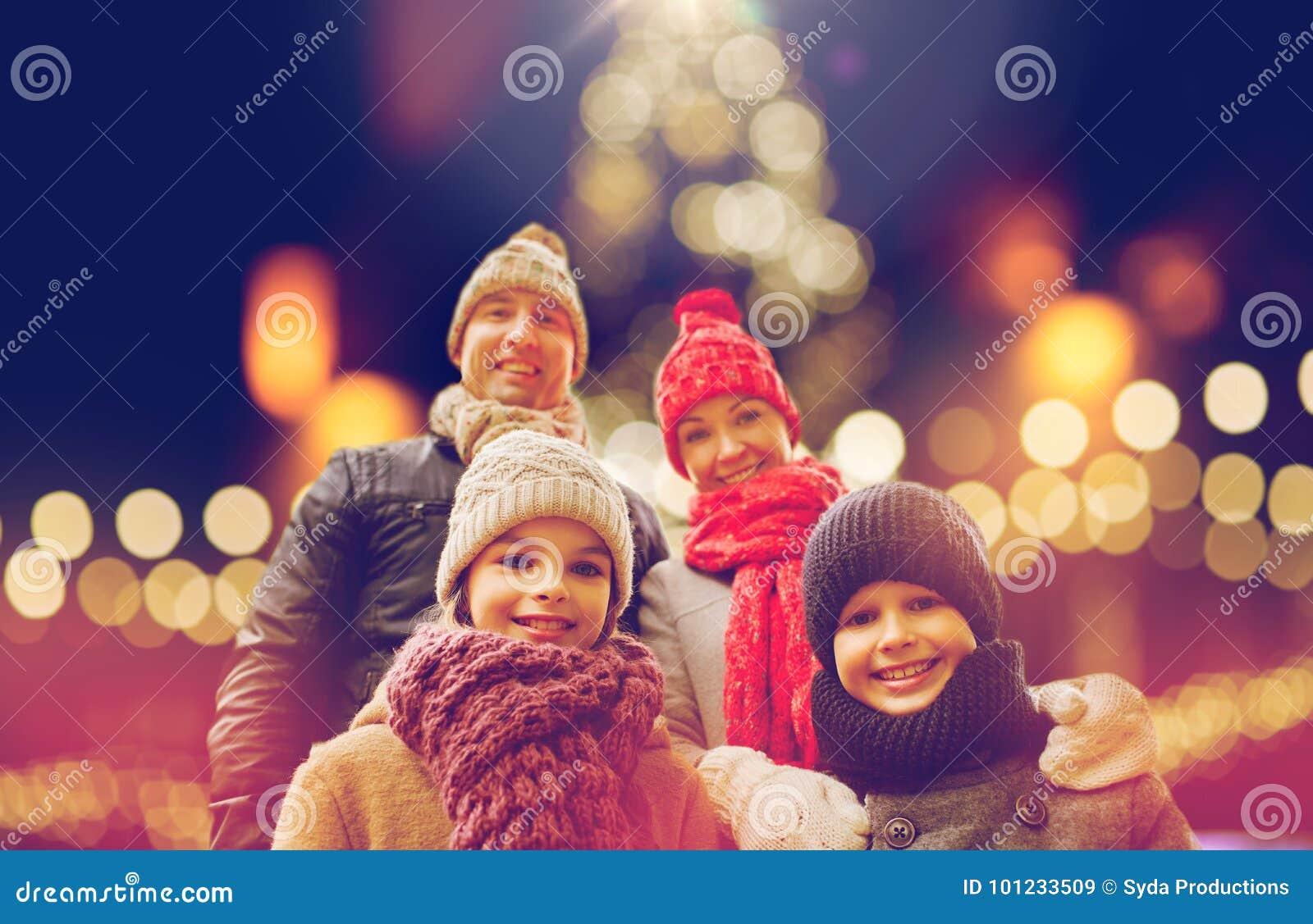 Lycklig familj utomhus på julhelgdagsaftonen