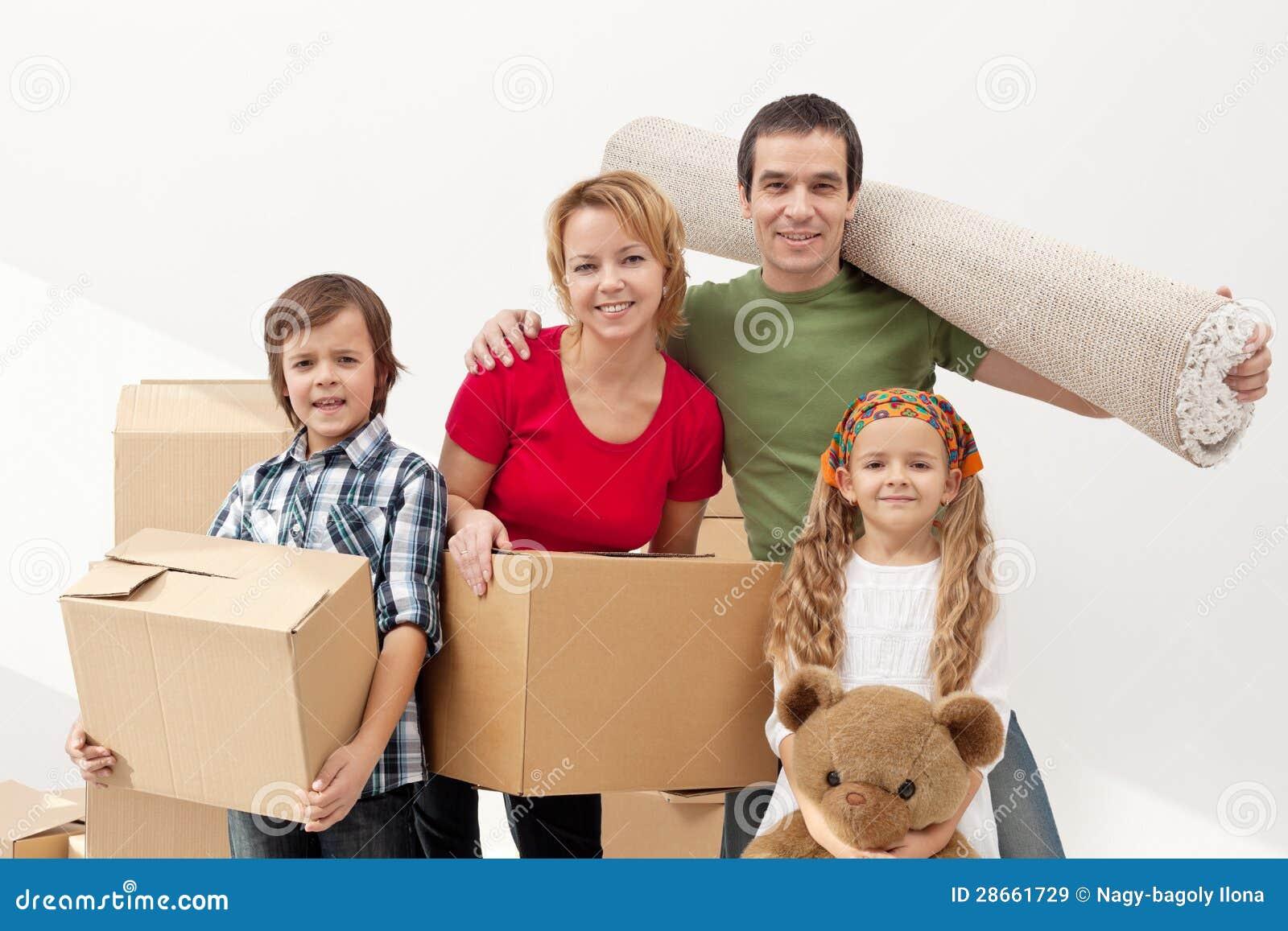 Lycklig familjflyttning in i ett nytt hem