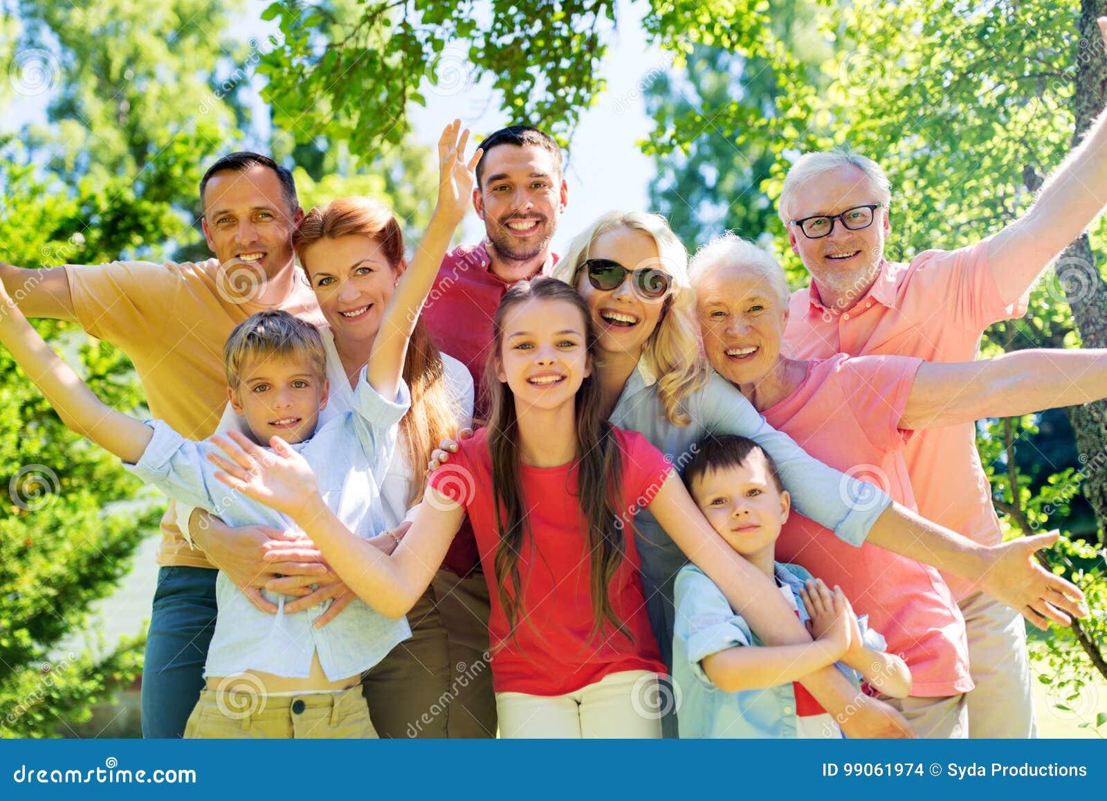 Lycklig familjstående i sommarträdgård