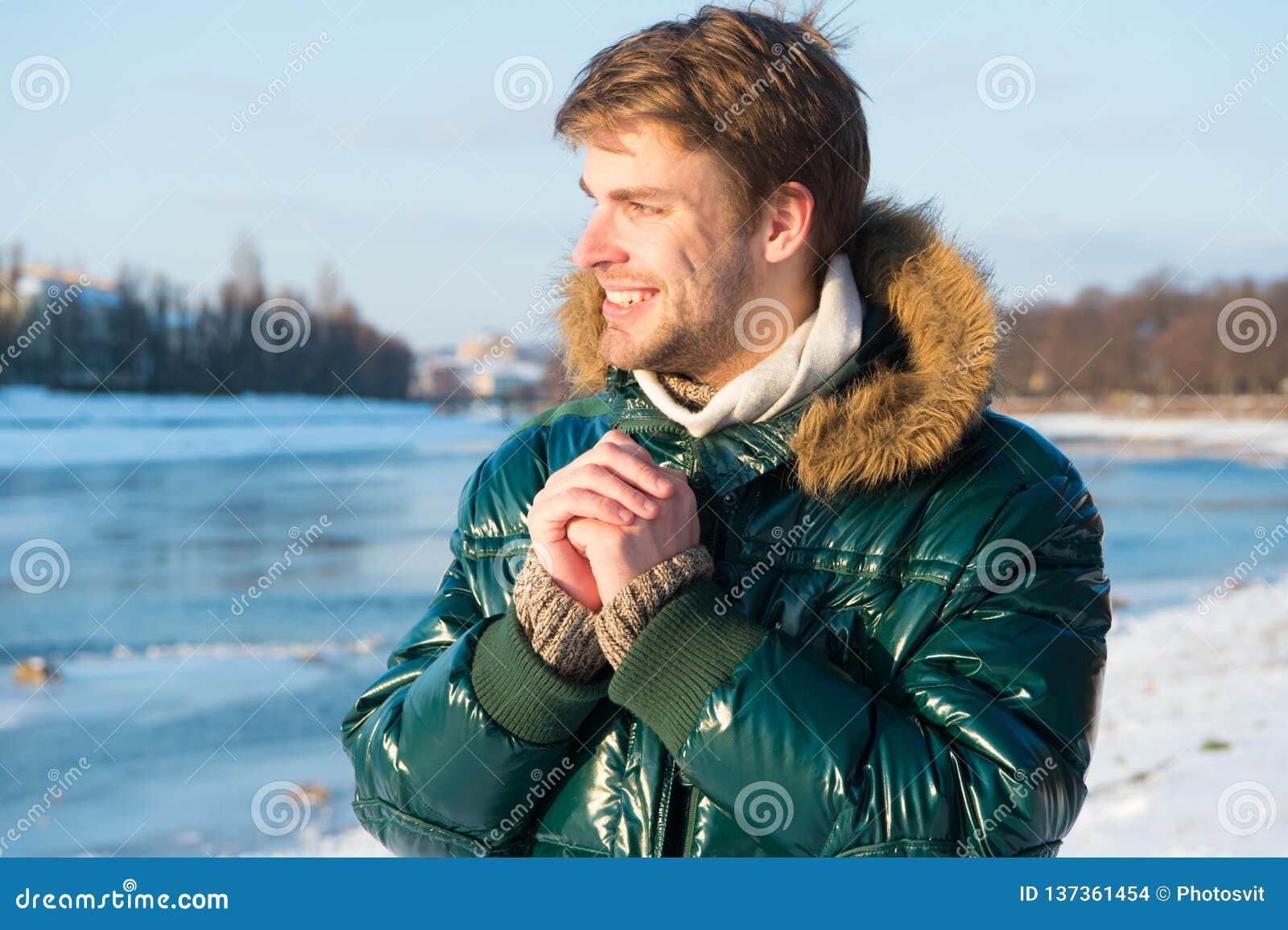 Lycklig ferievinter Influensa och förkylning vinter för mode för bakgrund härlig isolerad vit flicka Grönt varmt lag Varm kläder