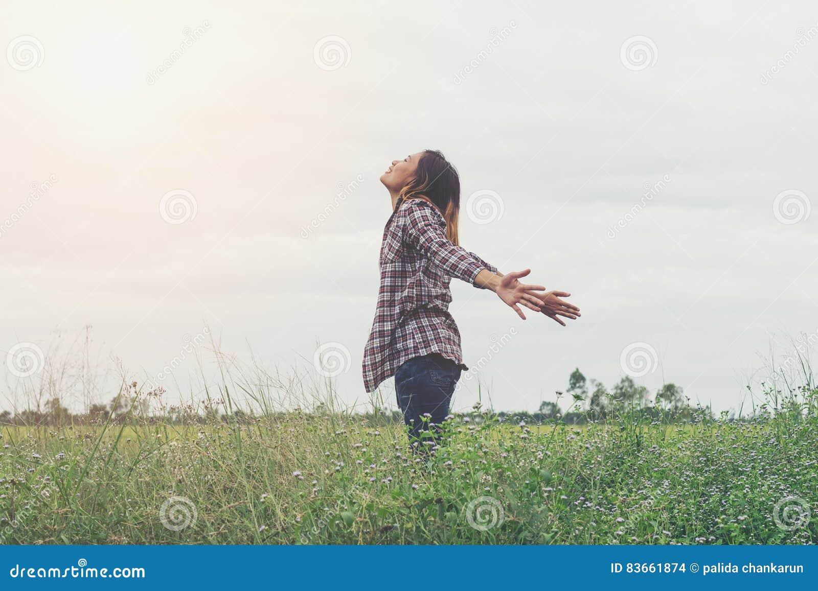 Lycklig flicka för frihet som känner sig vid liv