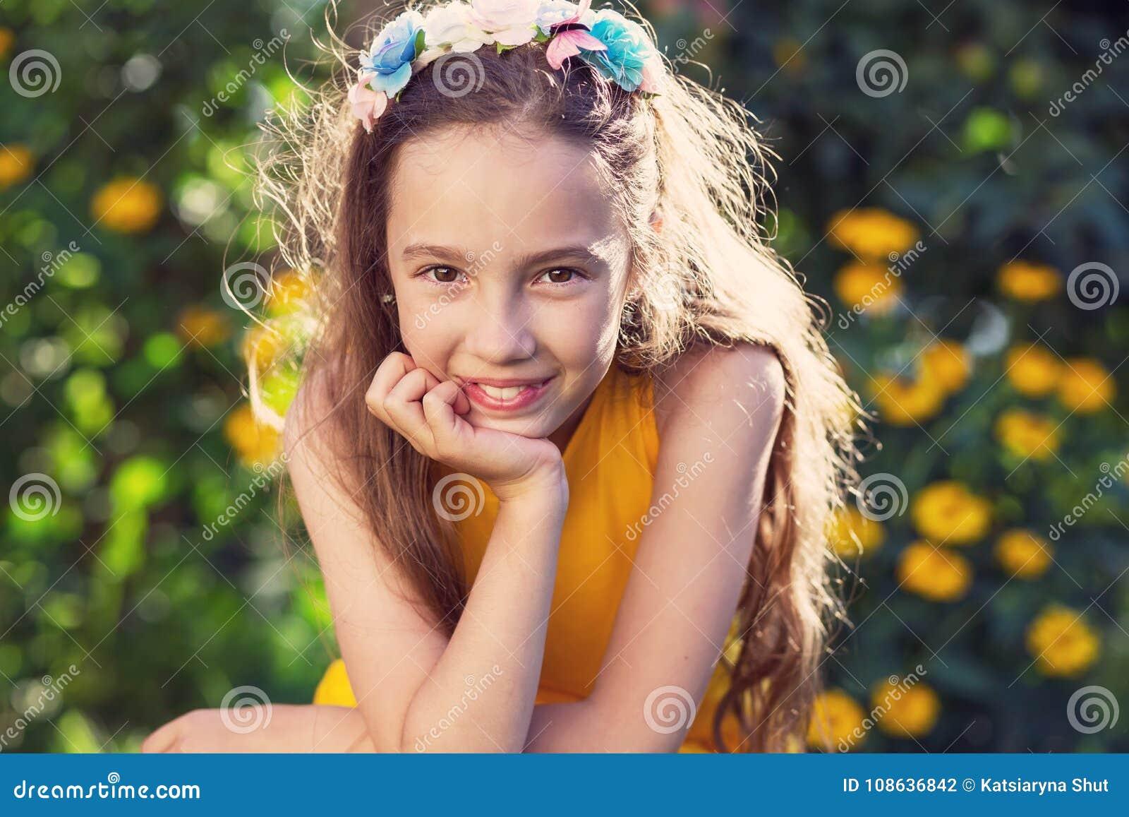 Lycklig flicka för skönhet som tycker om utomhus naturen Härligt tonårs- G