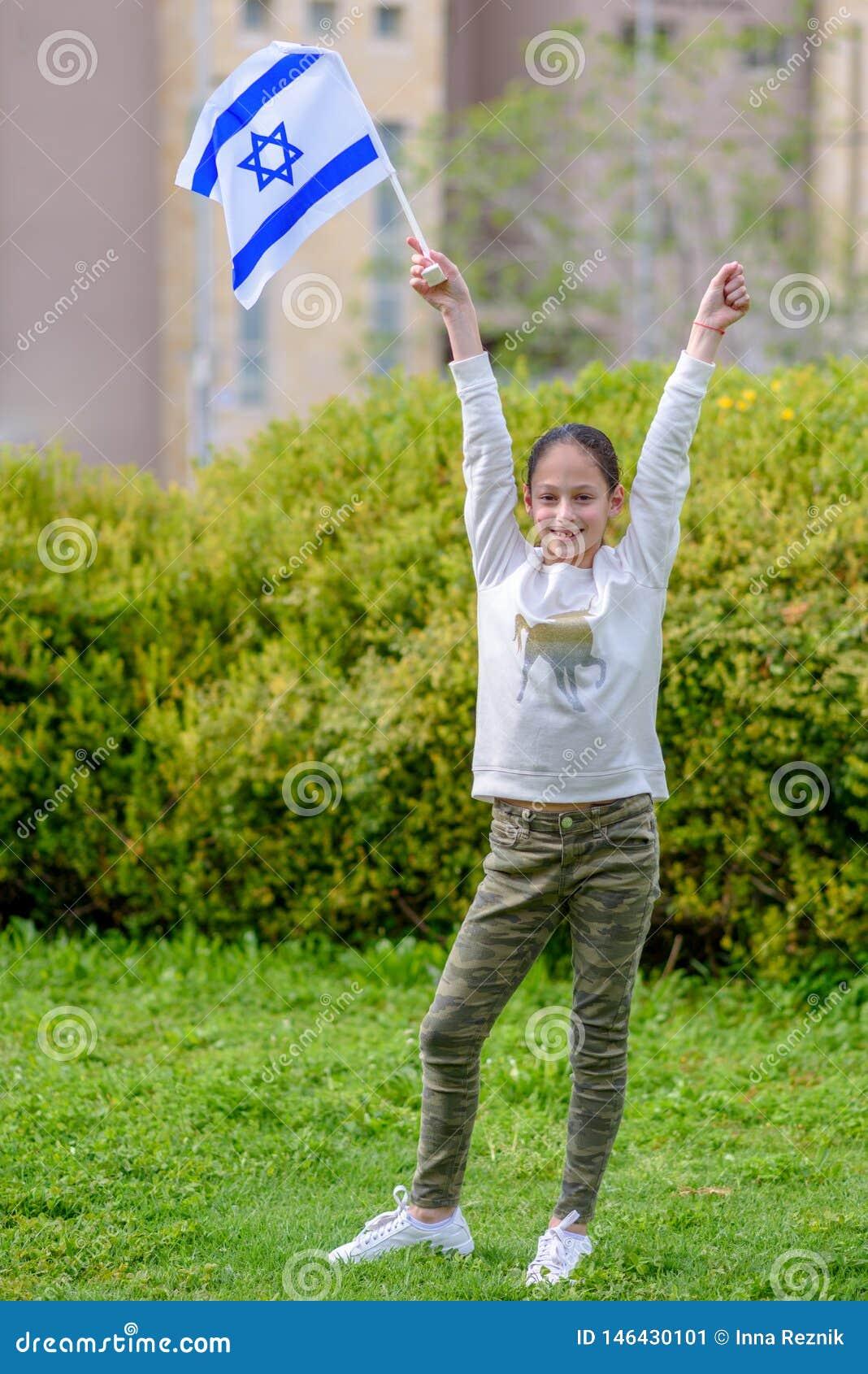 Lycklig flicka med den Israel flaggan