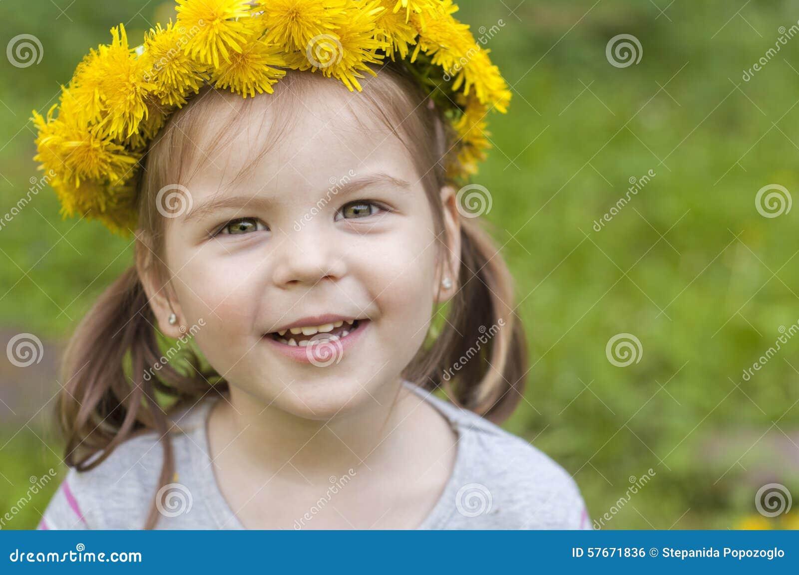 Lycklig flicka med gula blommor