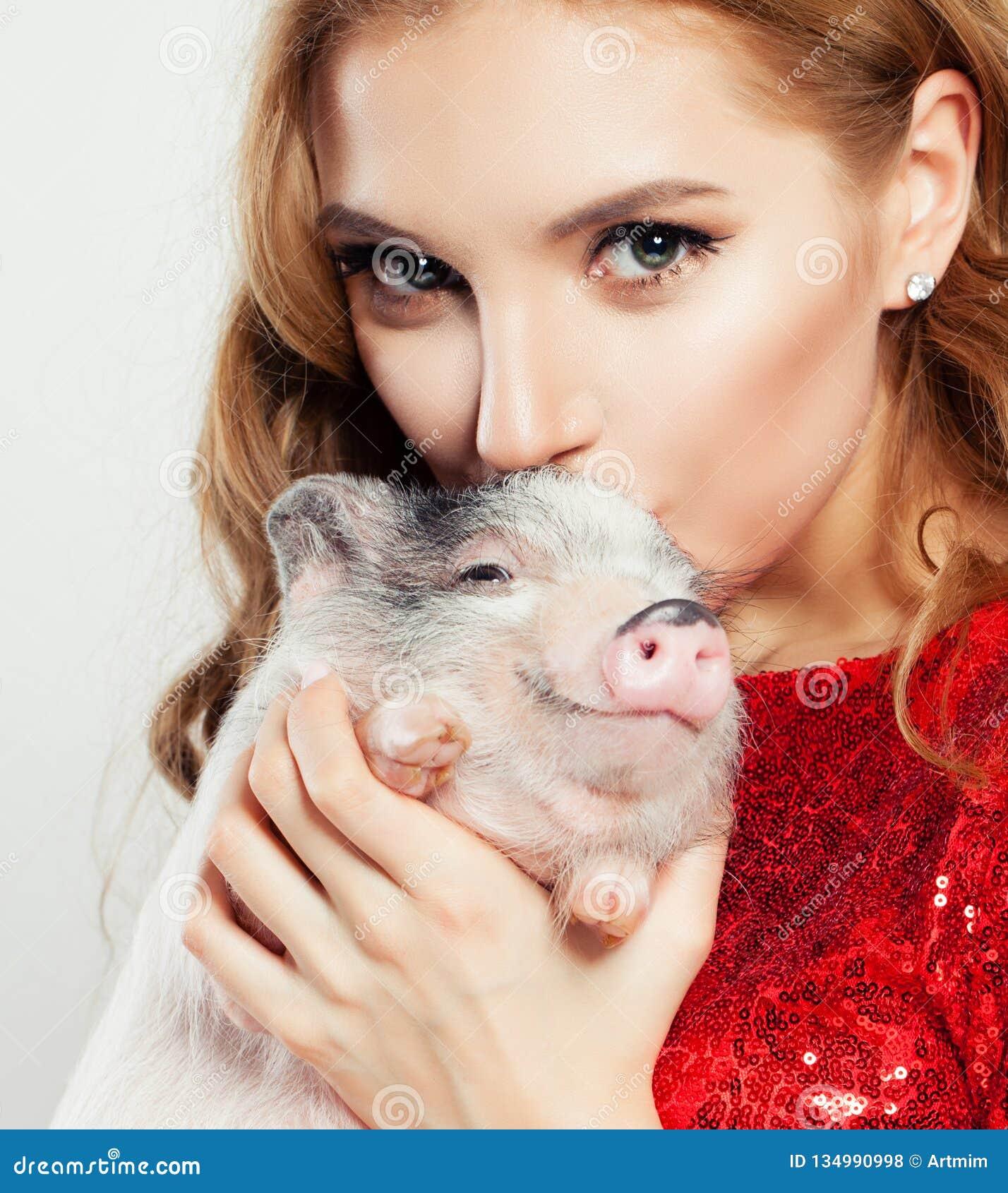 Lycklig flicka och svin, framsidacloseup