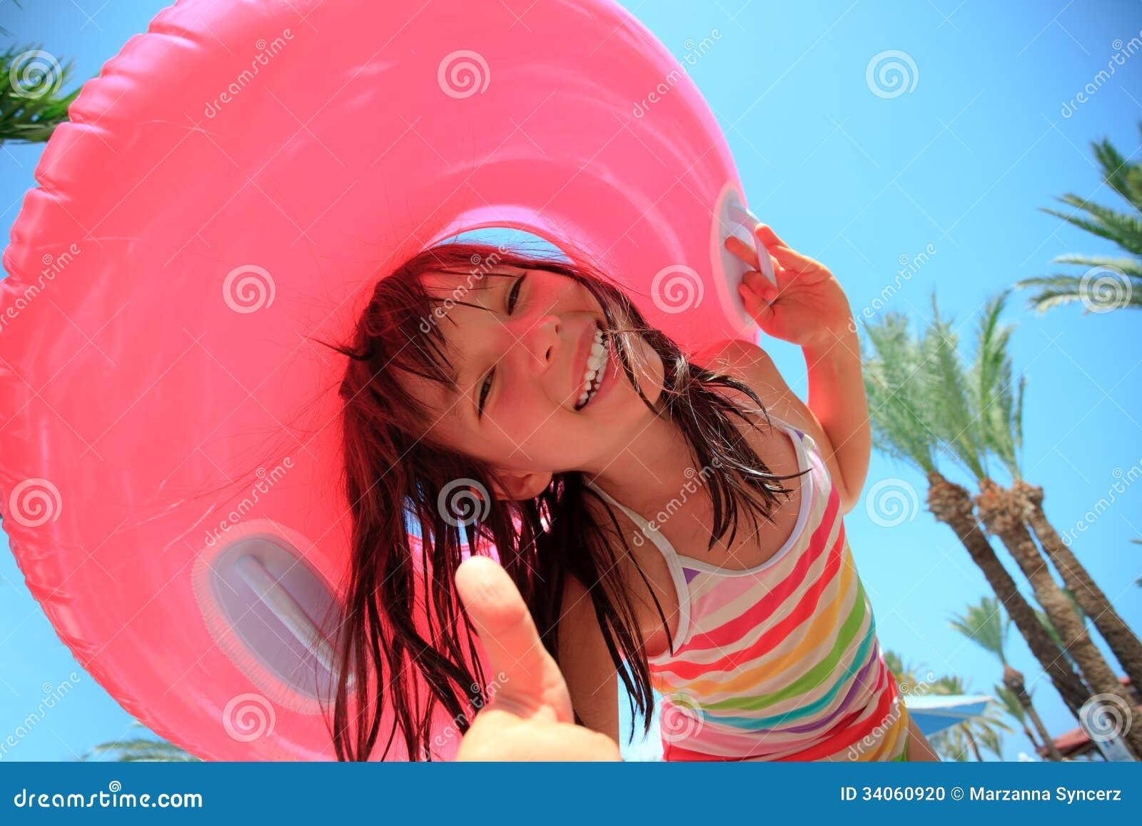 Lycklig flicka på semester