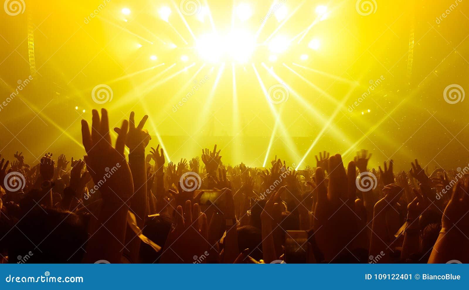 Lycklig folkdans i nattklubbpartikonsert