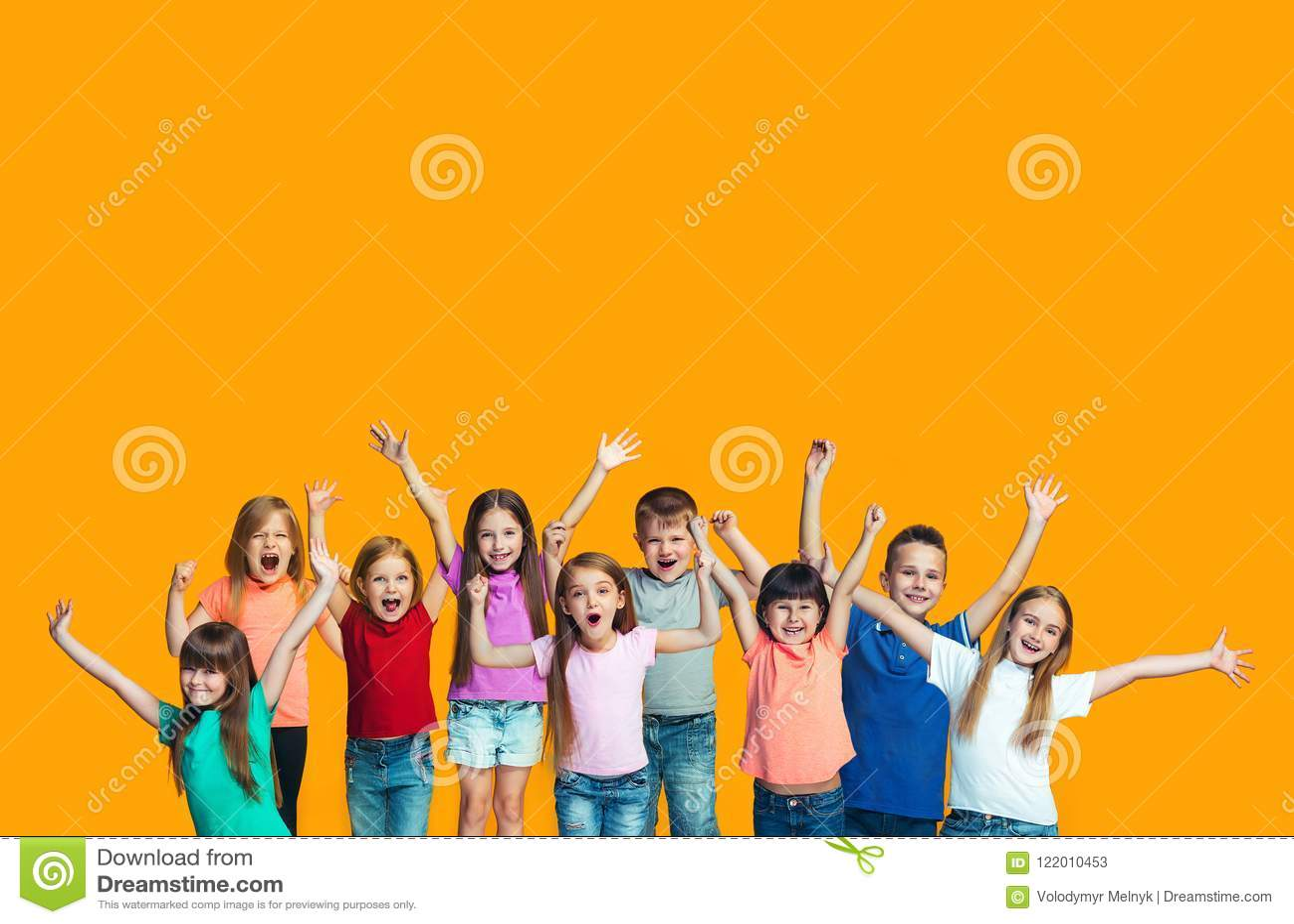 Lycklig framgångteensl som firar vara en vinnare Dynamisk driftig bild av lyckliga barn