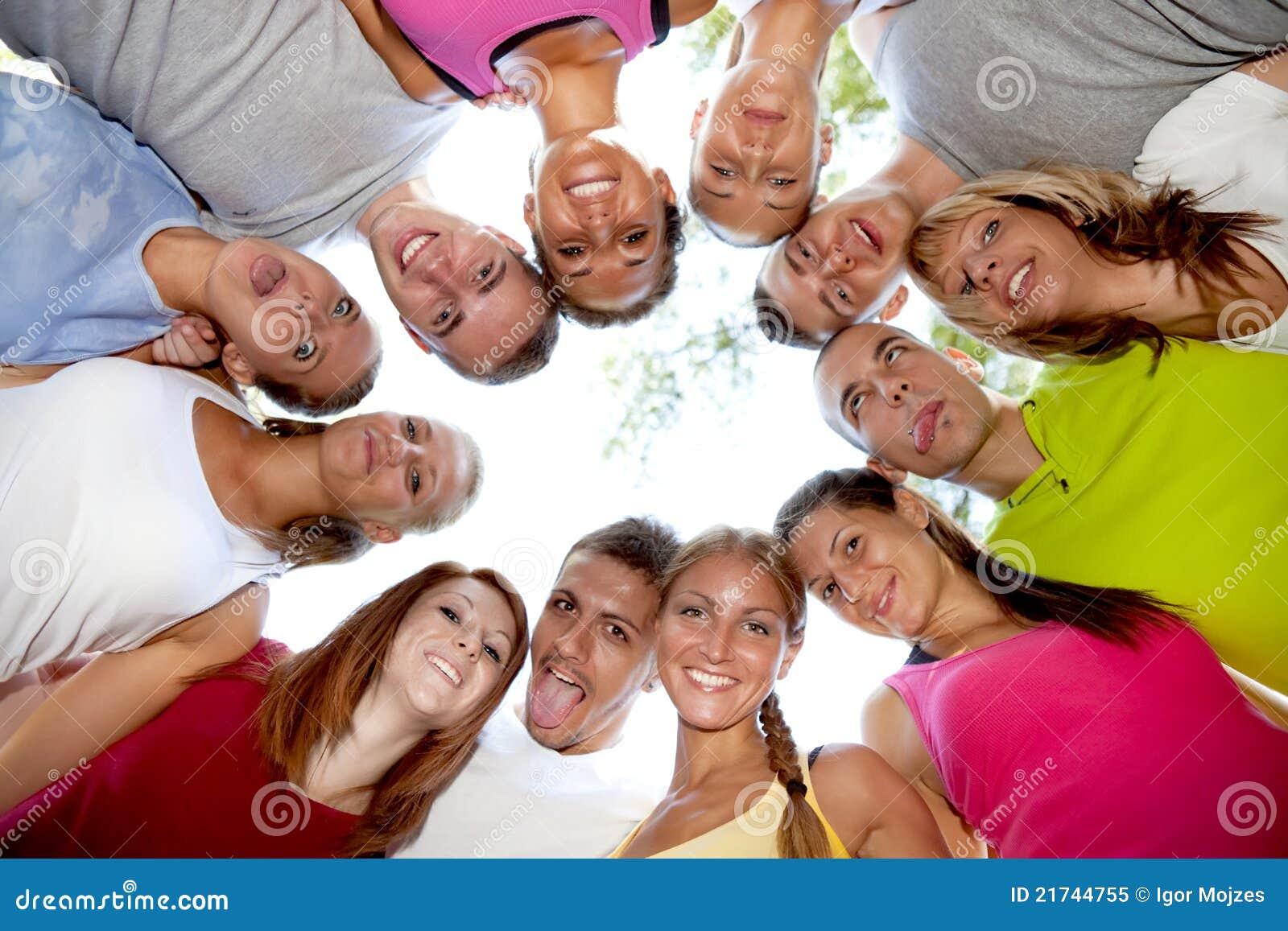 Lycklig grupp av vänner som kramar och ler