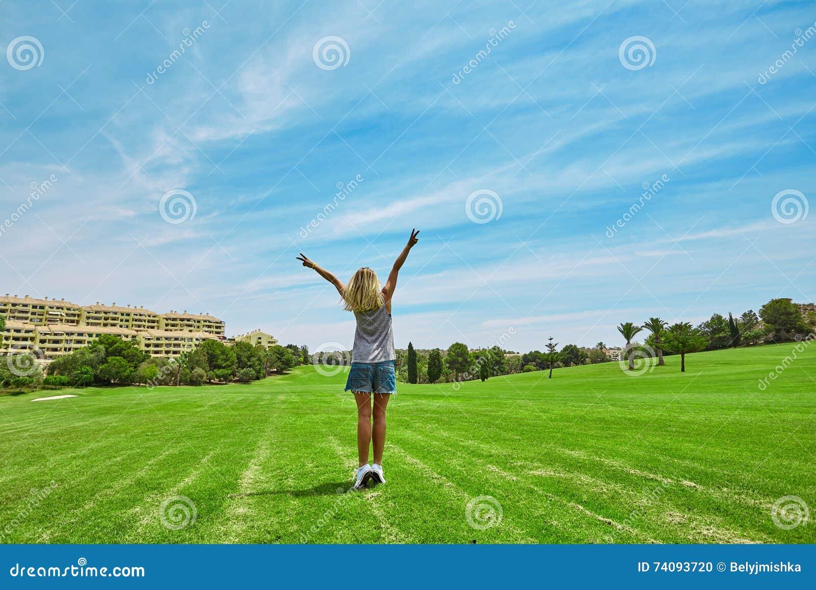 Lycklig härlig kvinna i golfbana