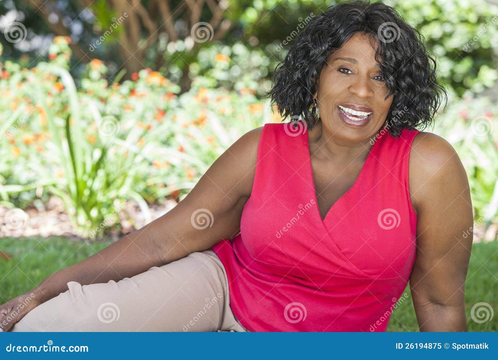 Lycklig hög afrikansk amerikankvinna