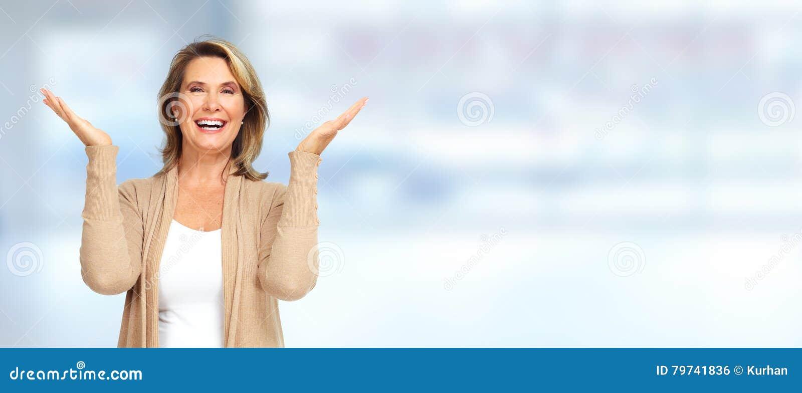 Lycklig hög kvinna