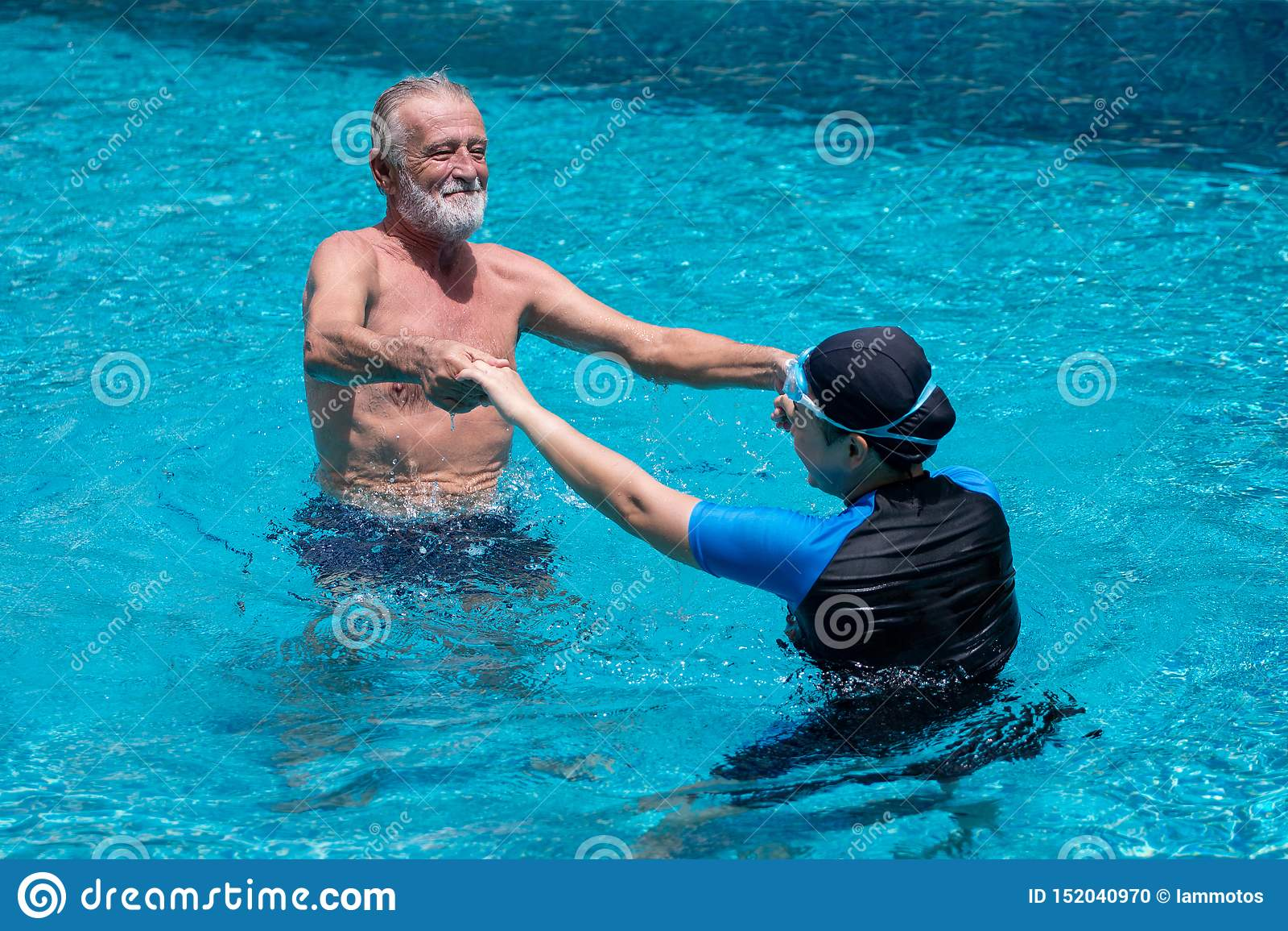 Lycklig hög pardans i simbassäng tillsammans barnfadergyckel som har att leka tillsammans Simma läraren Hållande händer, utbildni