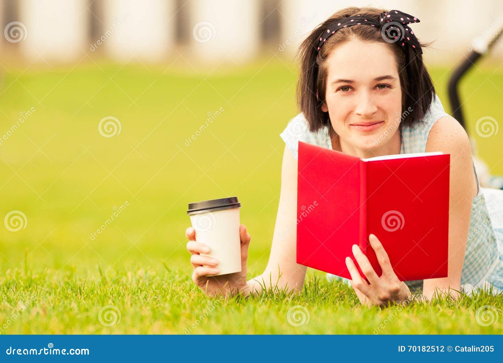 Lycklig hipsterkvinna i closeup som ler och läser en bok