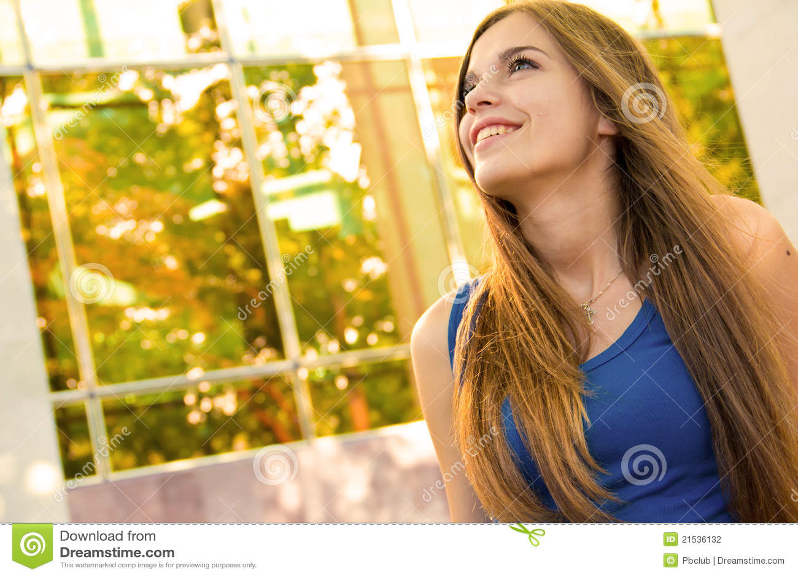 Lycklig inomhus kvinna