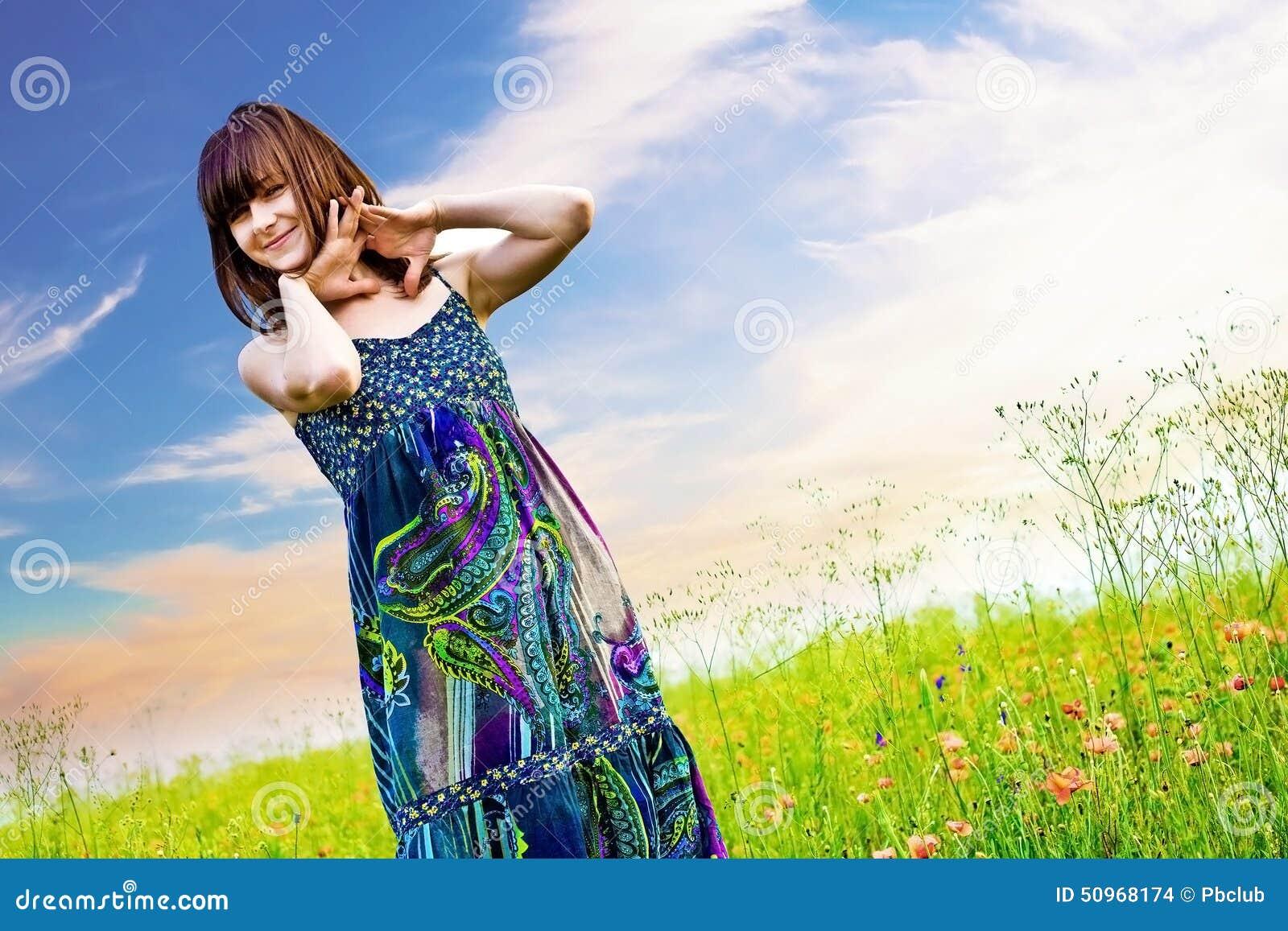 Lycklig kvinna i en äng