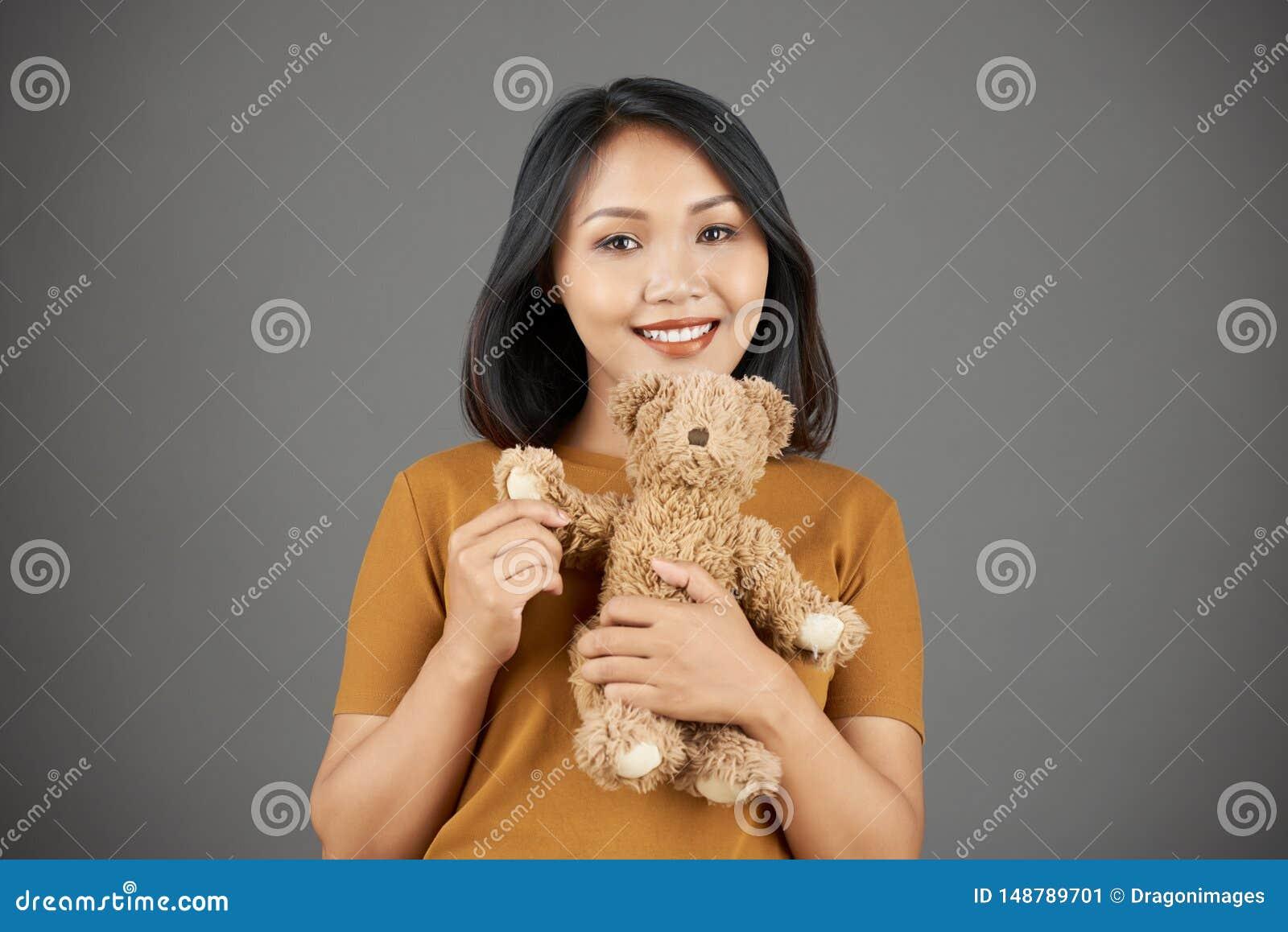 Lycklig kvinna med nallebj?rnen