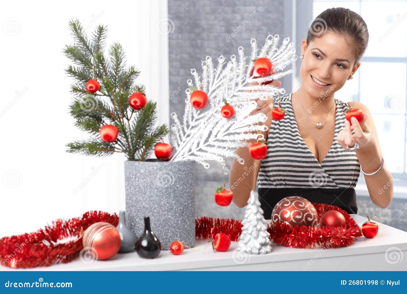 Lycklig kvinna som får klar för jul