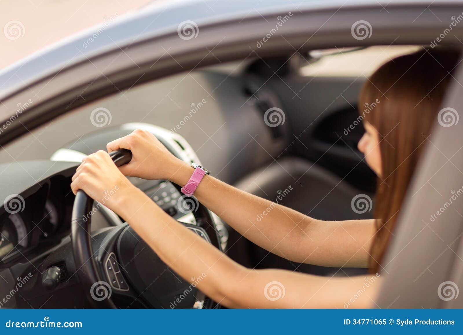 Lycklig kvinna som kör en bil