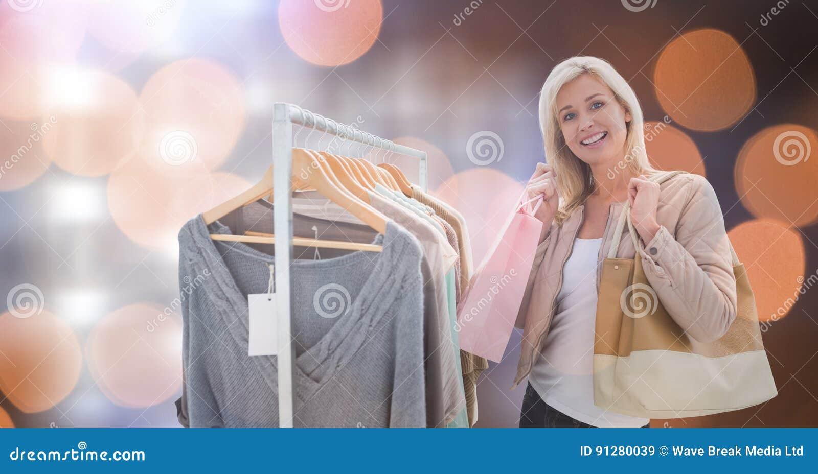 Lycklig kvinna som shoppar över bokeh