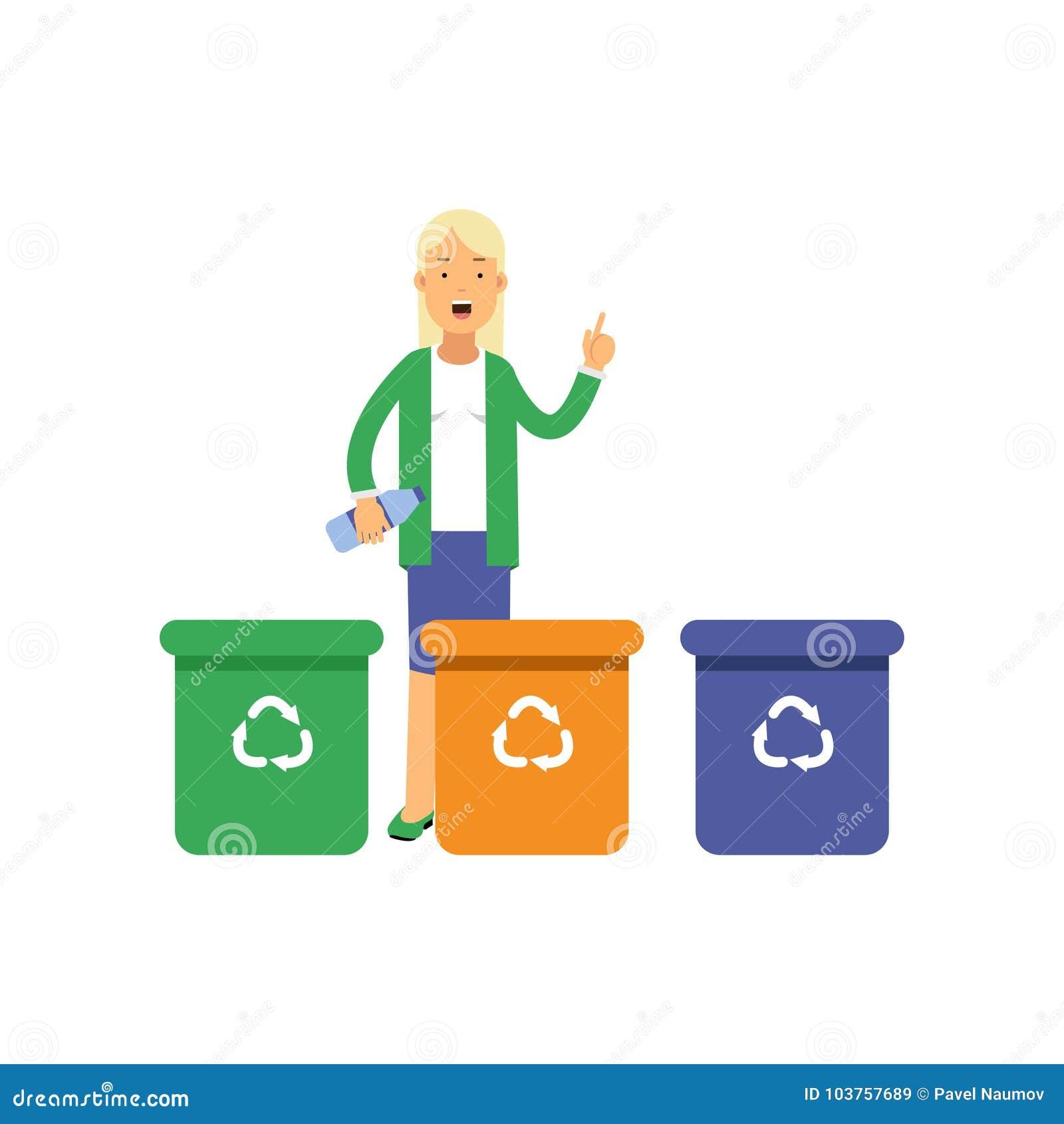 Lycklig kvinna som står near avfallbehållare med handen upp och sorterar avfalls