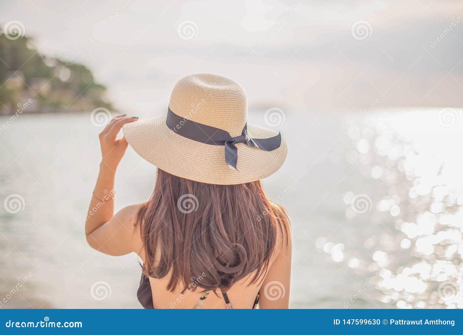 Lycklig kvinna som tycker om stranden