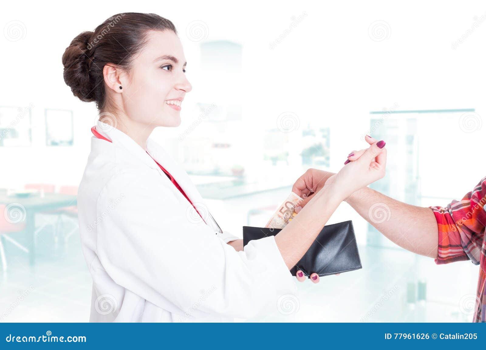 Lycklig kvinnaläkare som accepterar bestickning