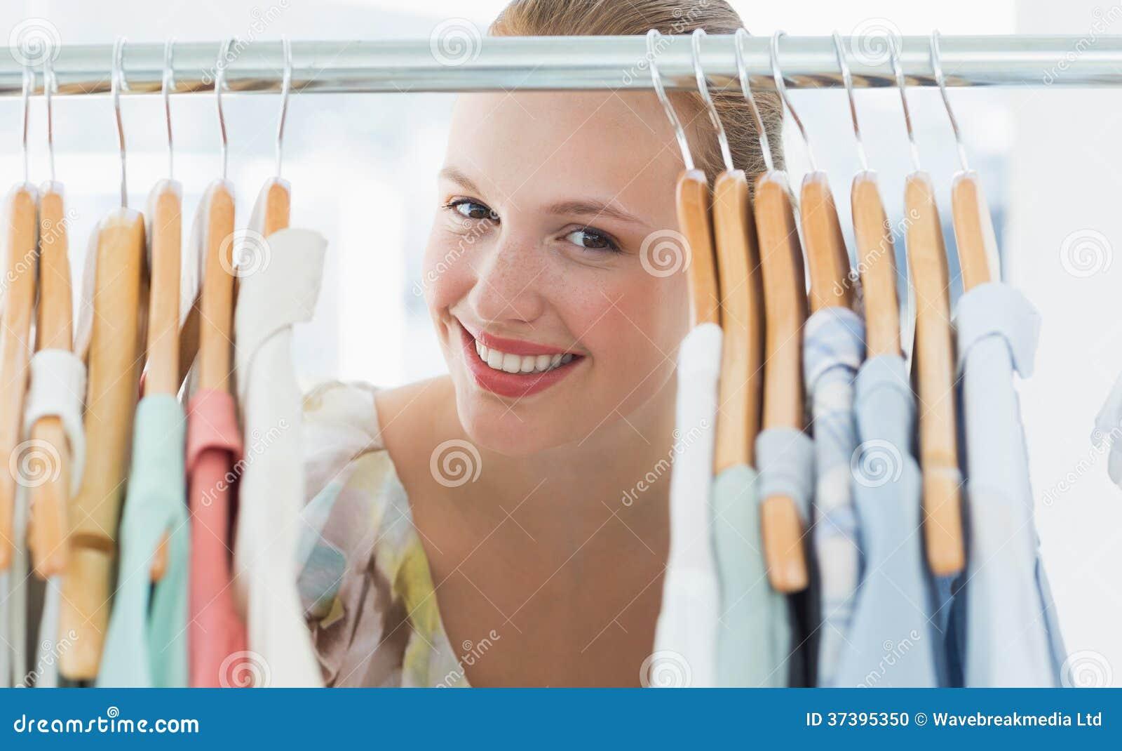 Lycklig kvinnlig kund under kläderkuggen