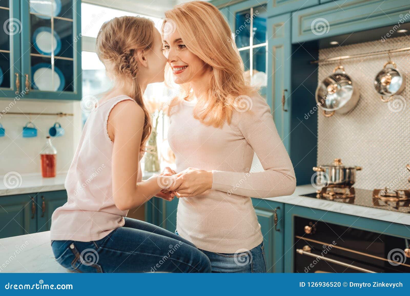 Lycklig kvinnlig person som ser in i ögon av hennes dotter