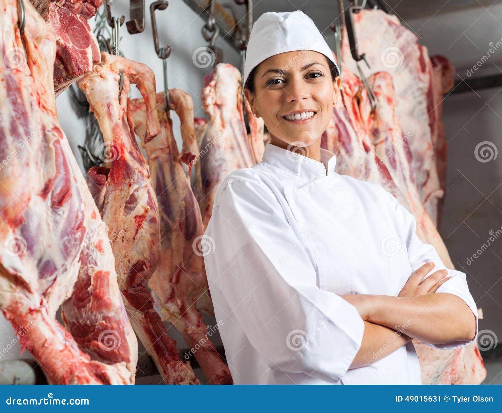 Lycklig kvinnlig slaktare In Slaughterhouse