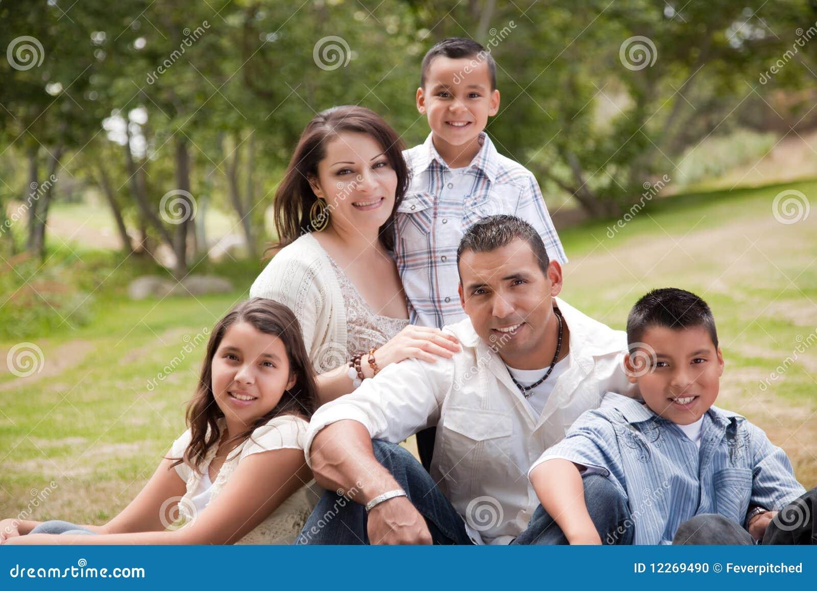 Lycklig latinamerikansk park för familj