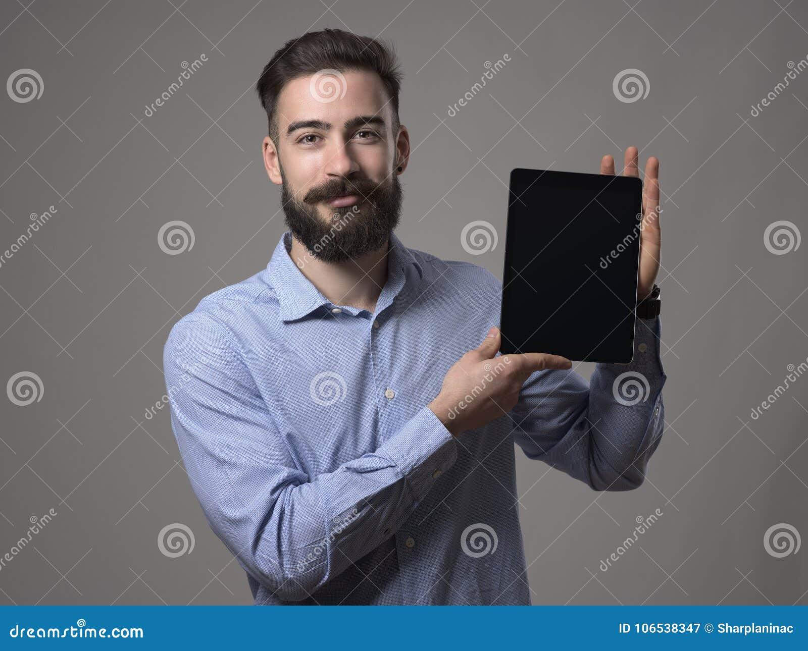 Lycklig le barn uppsökt skärm för minnestavla för affärsperson- eller programmerarevisning med tomt utrymme för annonsering