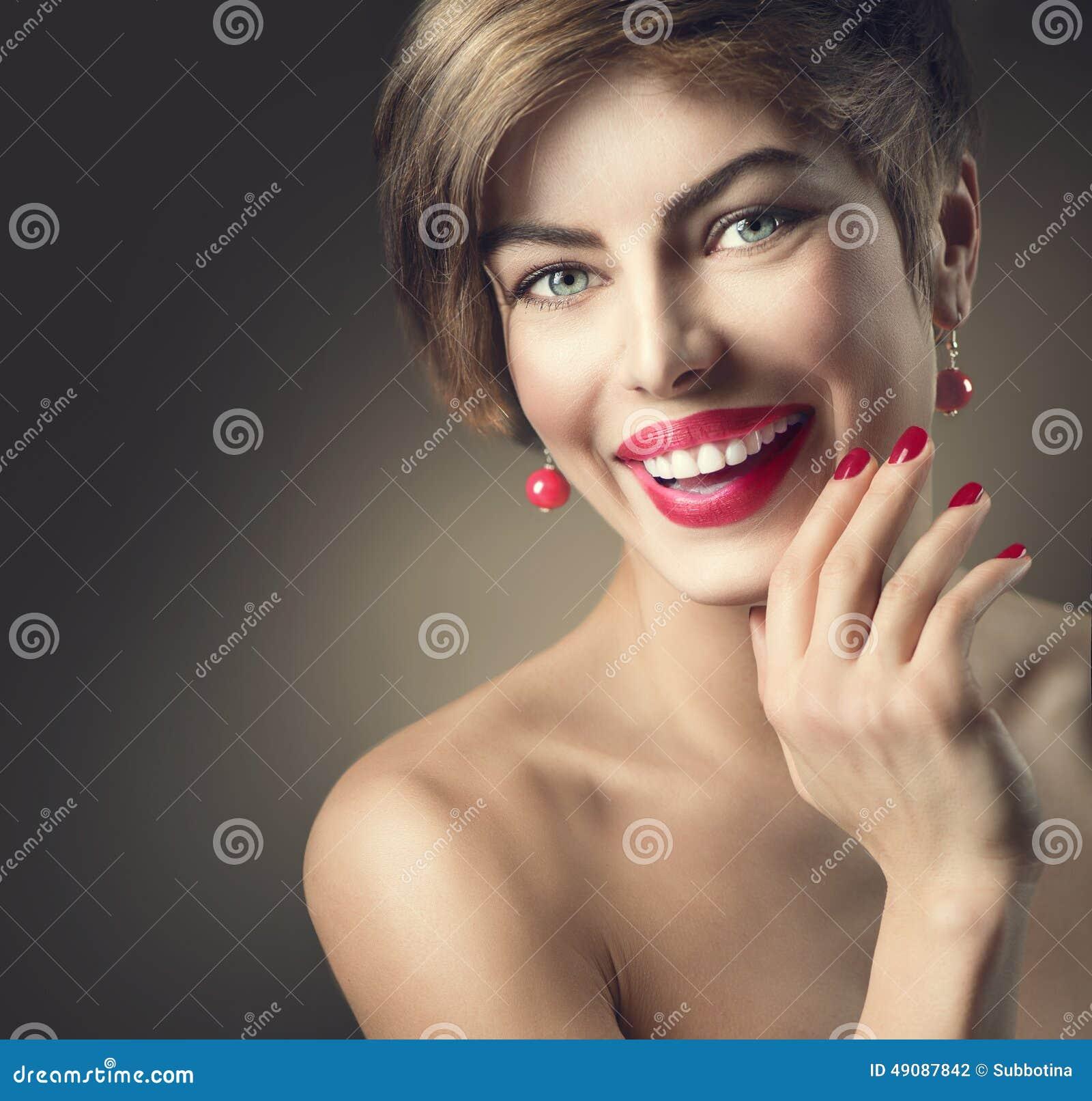 Lycklig le dam med skottbrunthår
