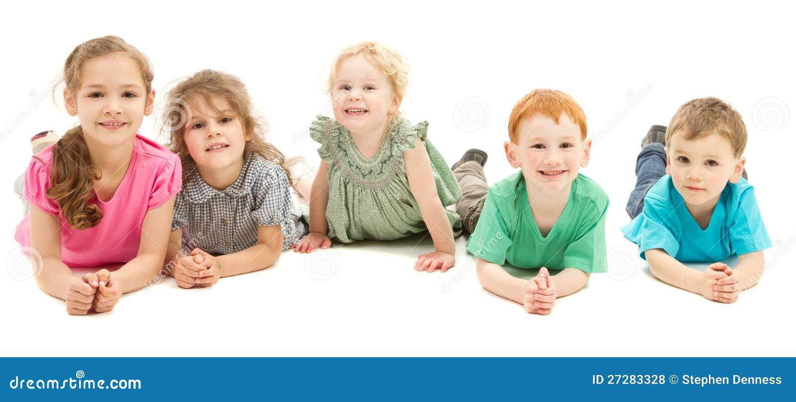 Lycklig le grupp av ungar på golv