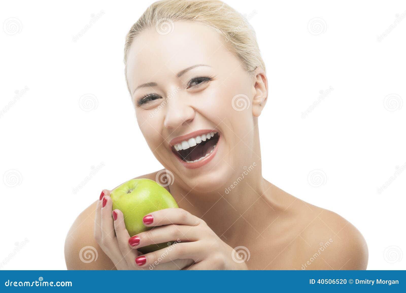 Lycklig le kvinna som bantar med gröna Apple Sund livsstil,