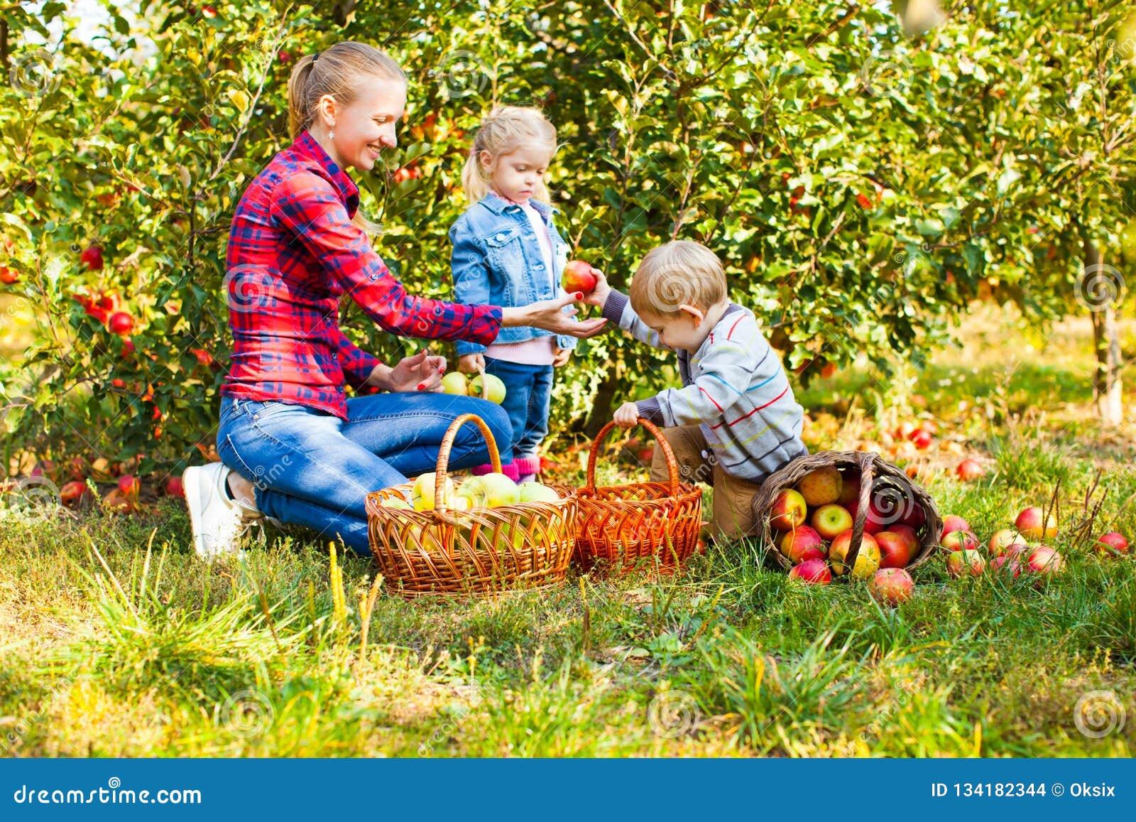 Lycklig le moder med barn, pojken och flickan