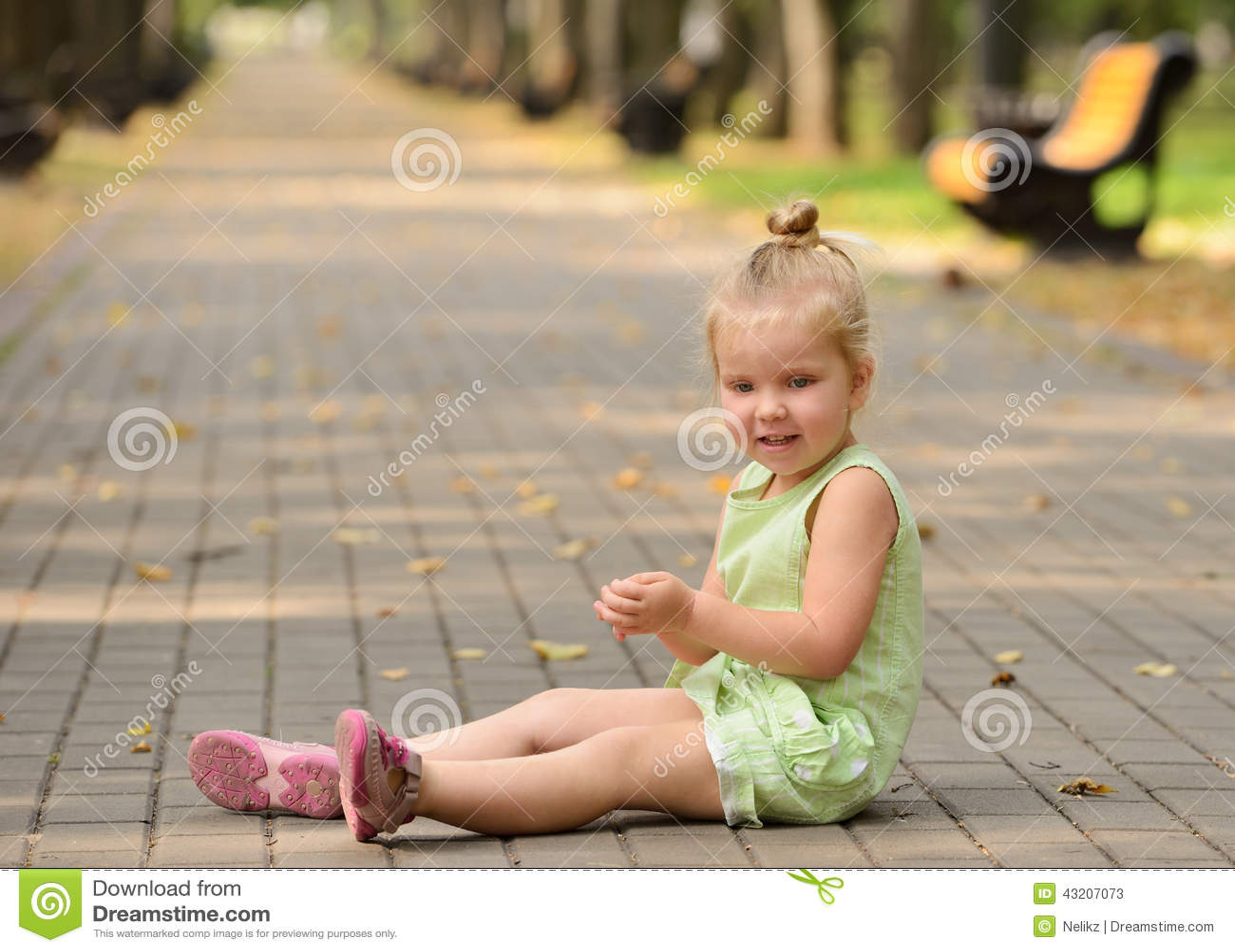 Download Lycklig Liten Flicka I Parkera Fotografering för Bildbyråer - Bild av caucasian, livsstil: 43207073