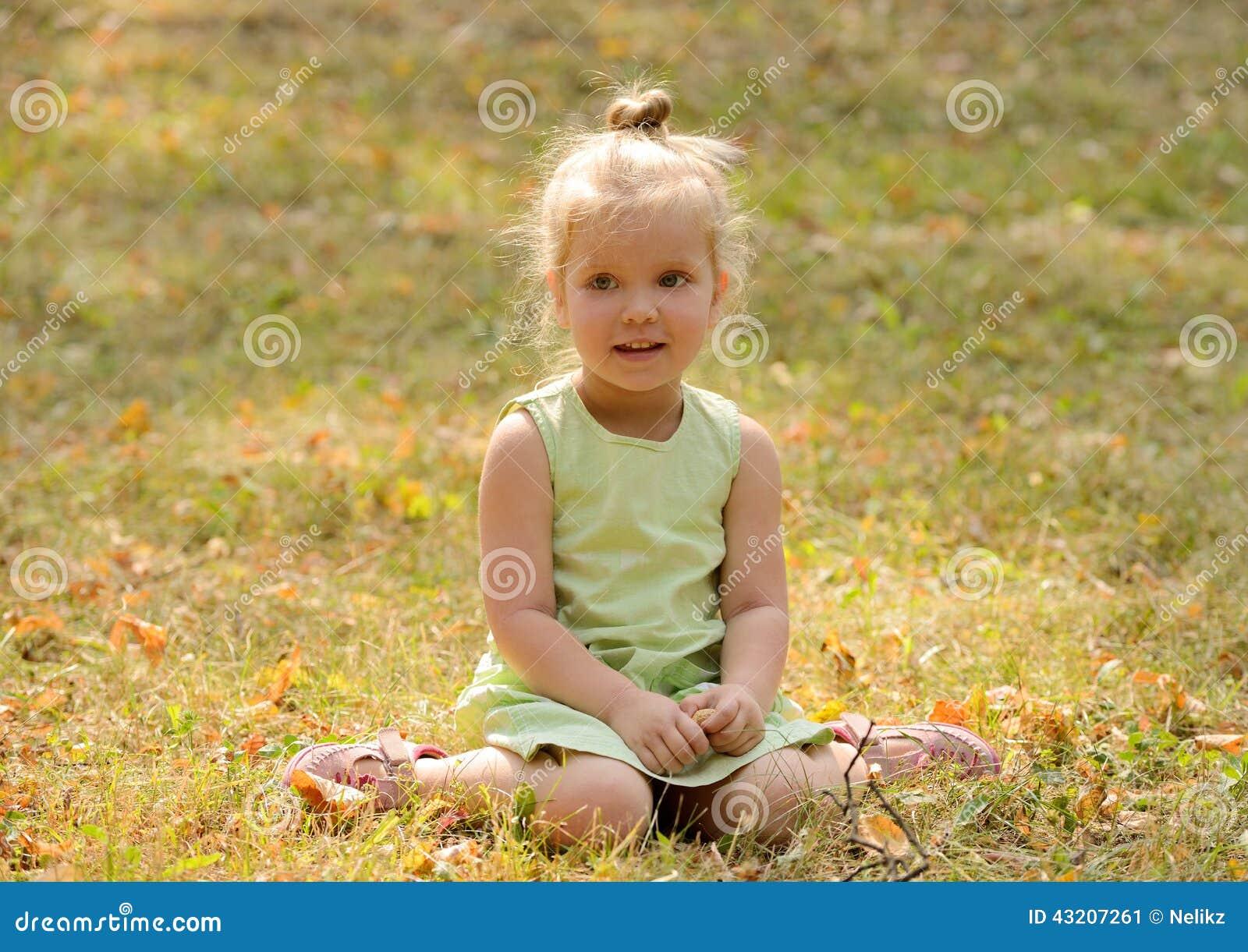 Download Lycklig Liten Flicka I Parkera Fotografering för Bildbyråer - Bild av fält, park: 43207261