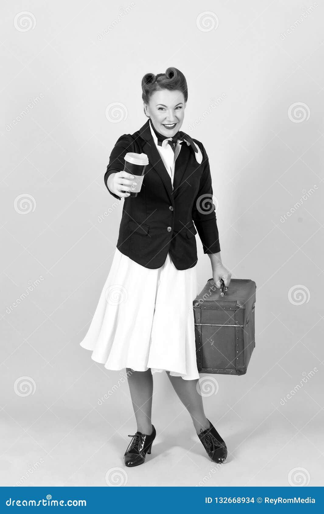 Lycklig loppkvinna med koppen kaffe och resväskan Brunettkvinnan går att snubbla