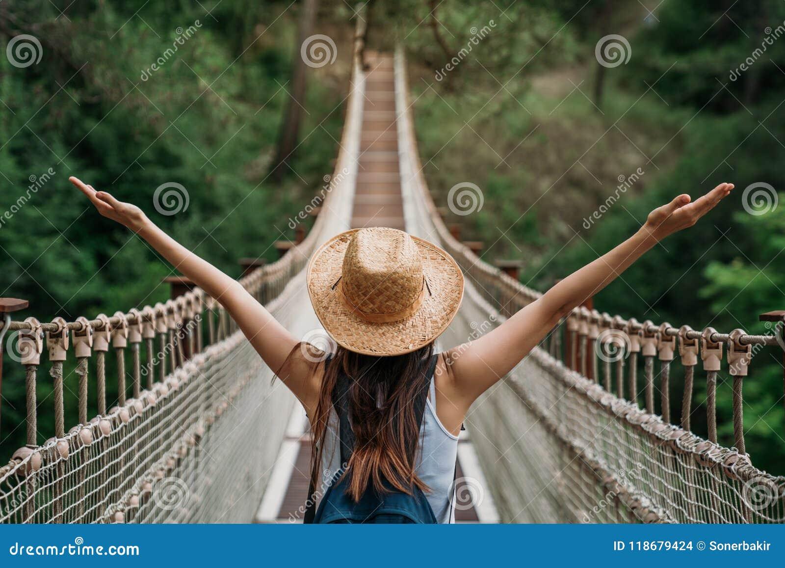 Lycklig loppkvinna på semesterbegrepp Den roliga handelsresanden tycker om hennes tur och ordnar till för att äventyra