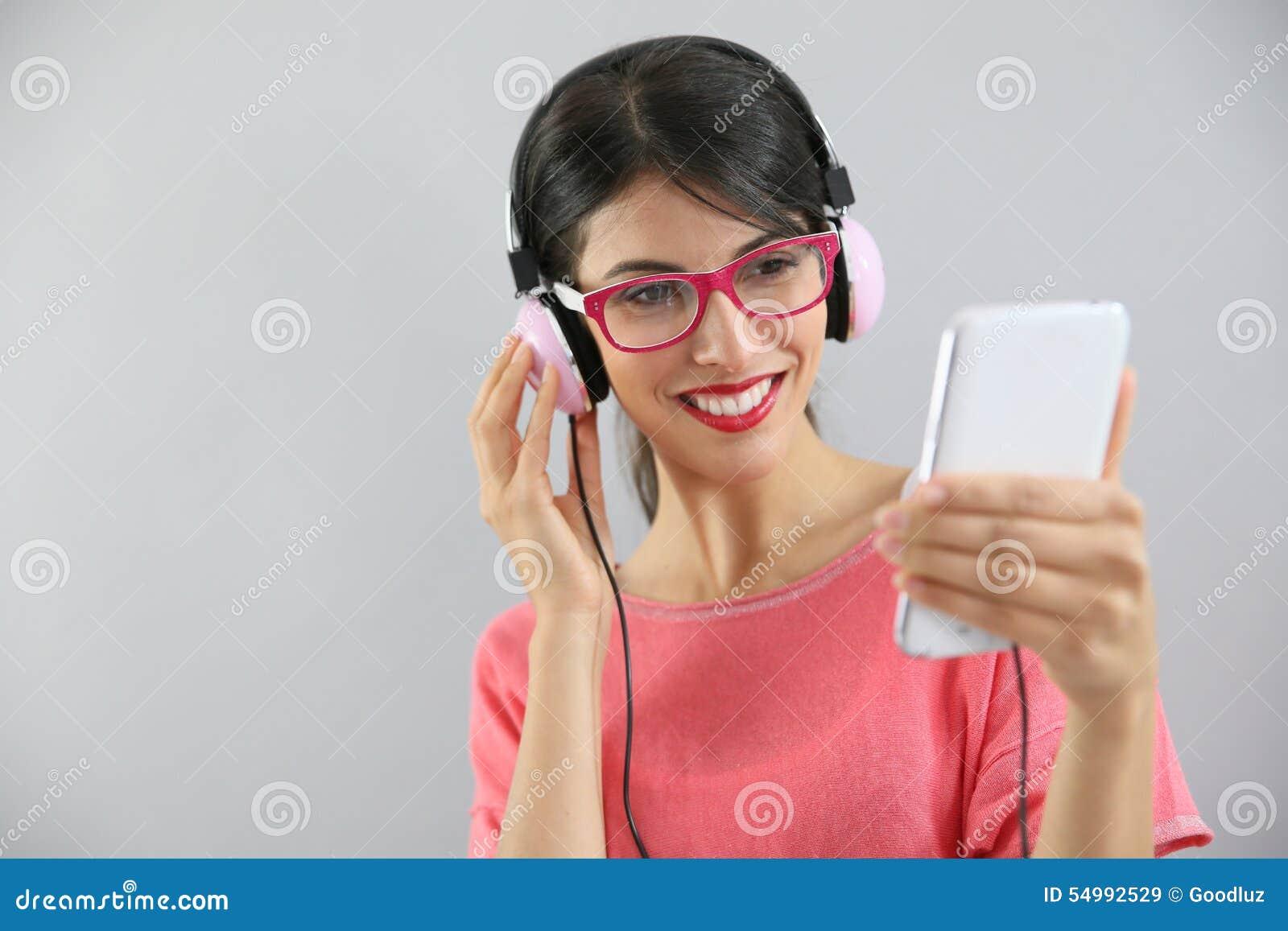 Lycklig lyssnande musik till kvinnabarn