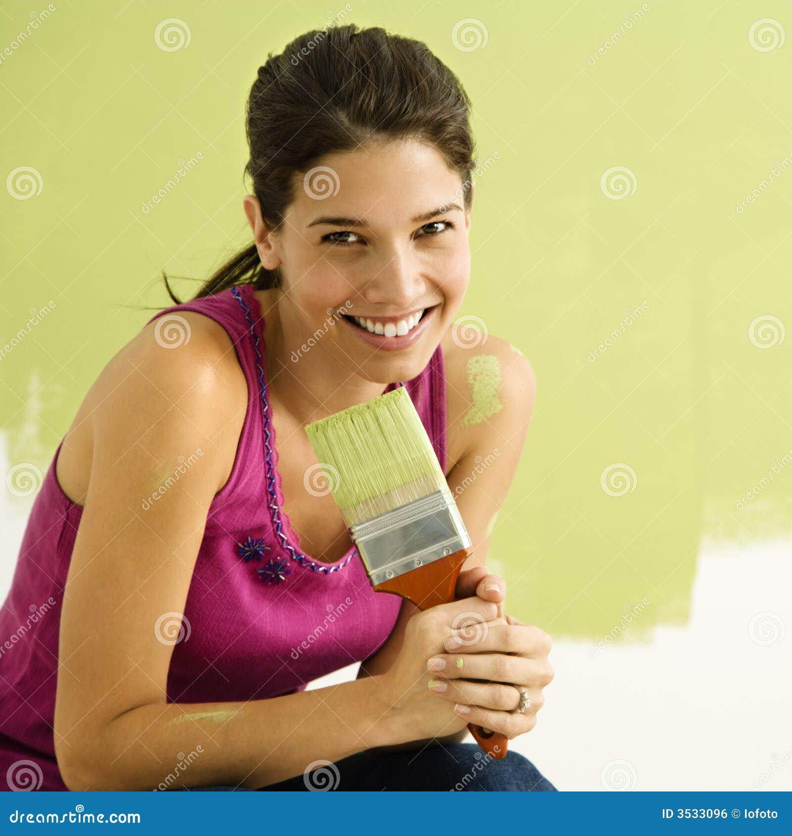 Lycklig målningskvinna