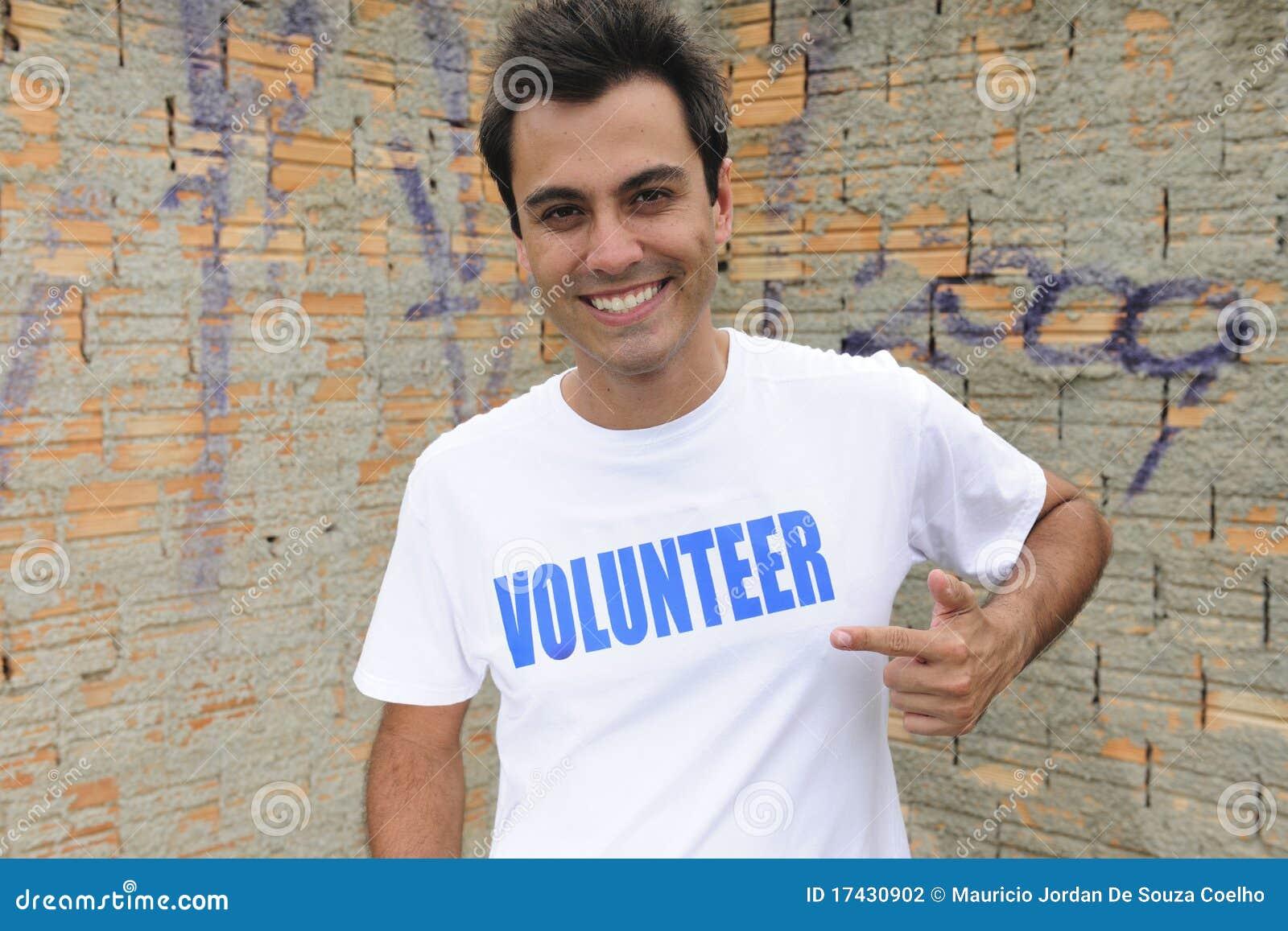 Lycklig male volontär